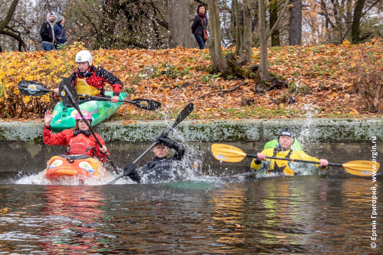 В Питере СПб каякеры стартуют с берега прыгают в воду