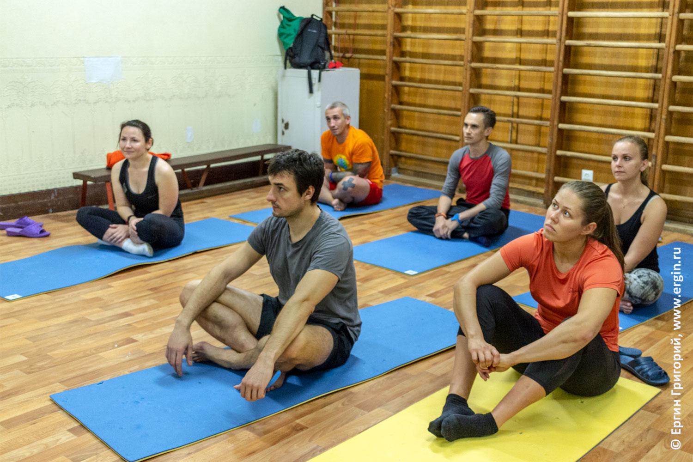 Каякеры слушают теорию в тренировочном зале Лиговского бассейна