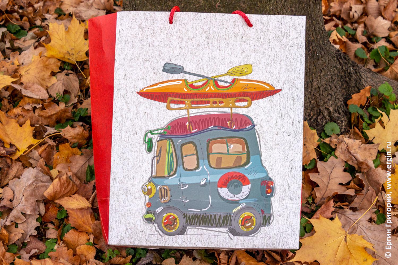 Рисунок на сумке из жизни каякеров микроавтобус родео бас с лодкой и веслами на багажнике на крыше