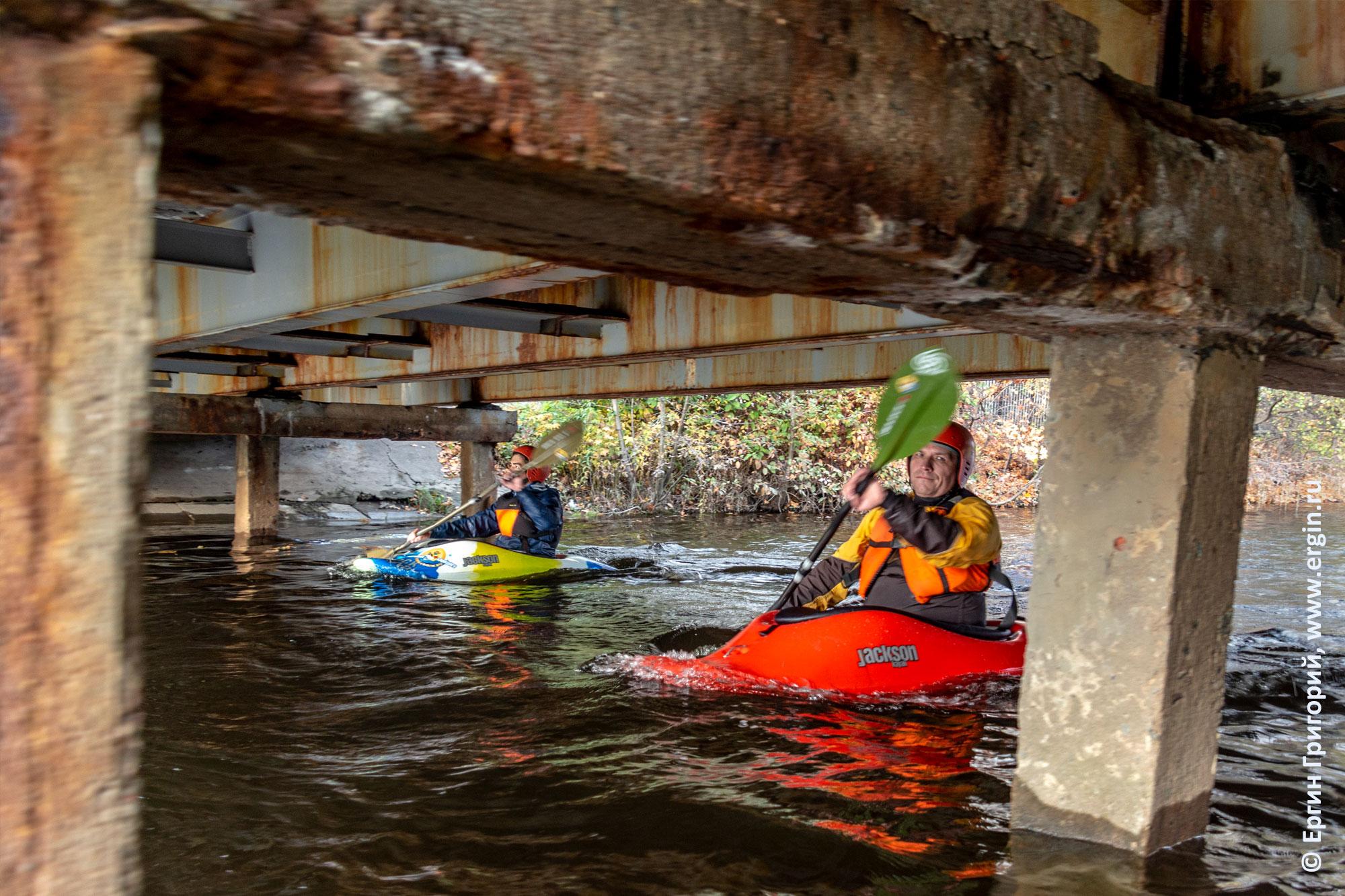 На Каменном острове каякеры проходят под мостом