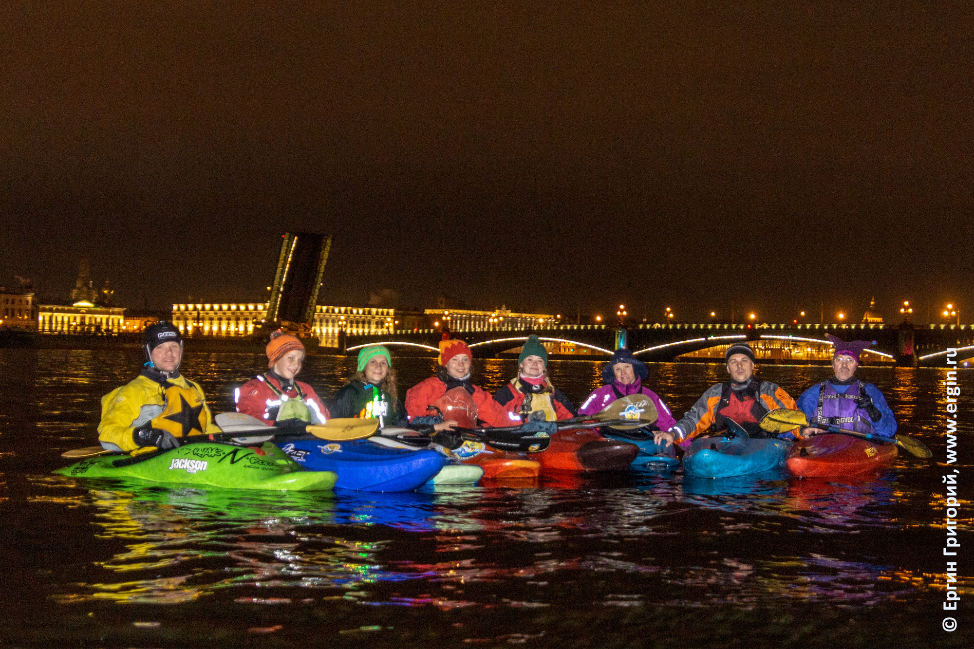 Каякинг в Санкт-Петербурге разведенный Дворцовый мост Нева каяки