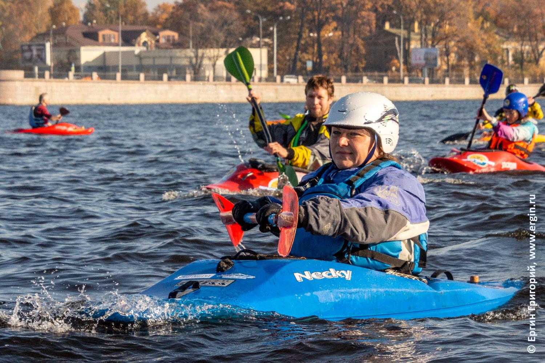 В СПб гребцы каякеры с веслами идут по Неве