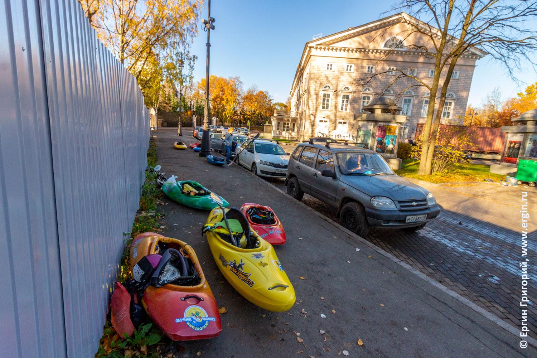 Каякеры встречаются в Санкт-Петербурге на площади Старого Театра