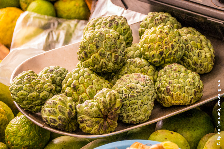 Гуанабана Анона фрукт на рынке в Уганде