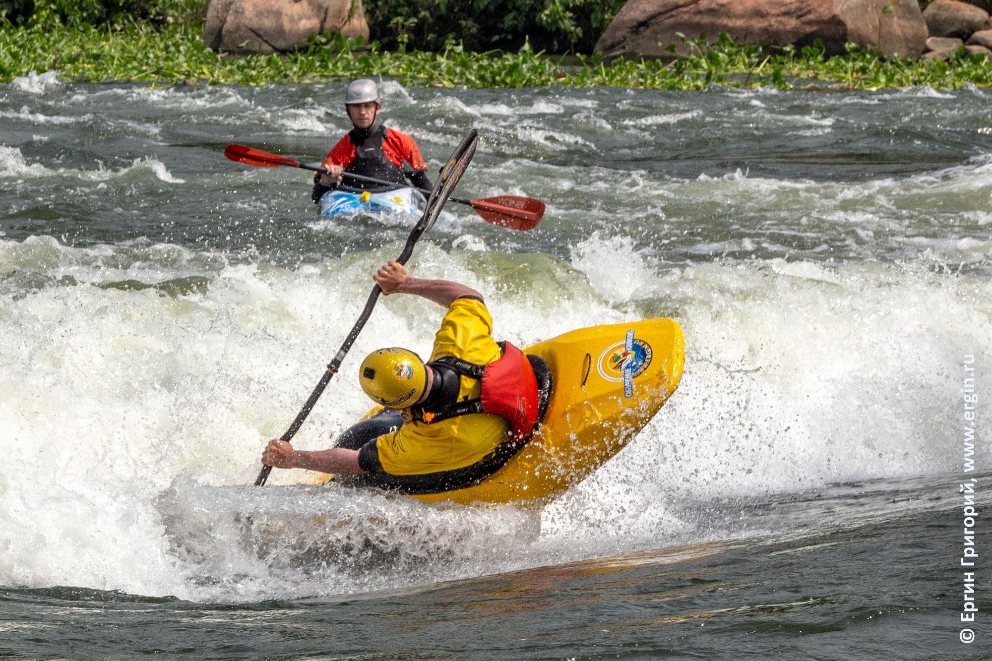 Каякинг в Уганде вальные элементы фристайла на бурной воде