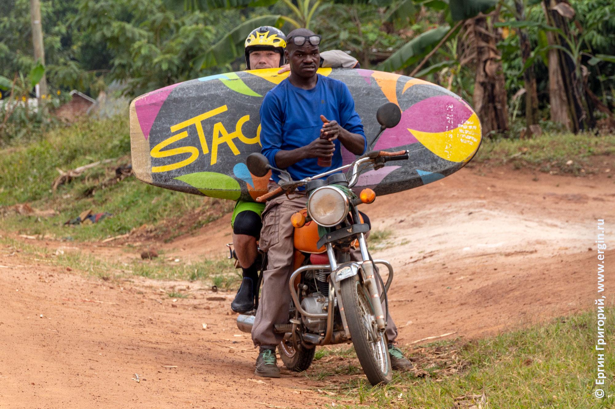 Таксист на мотоцикле в Уганде Бода-бода везет каяк