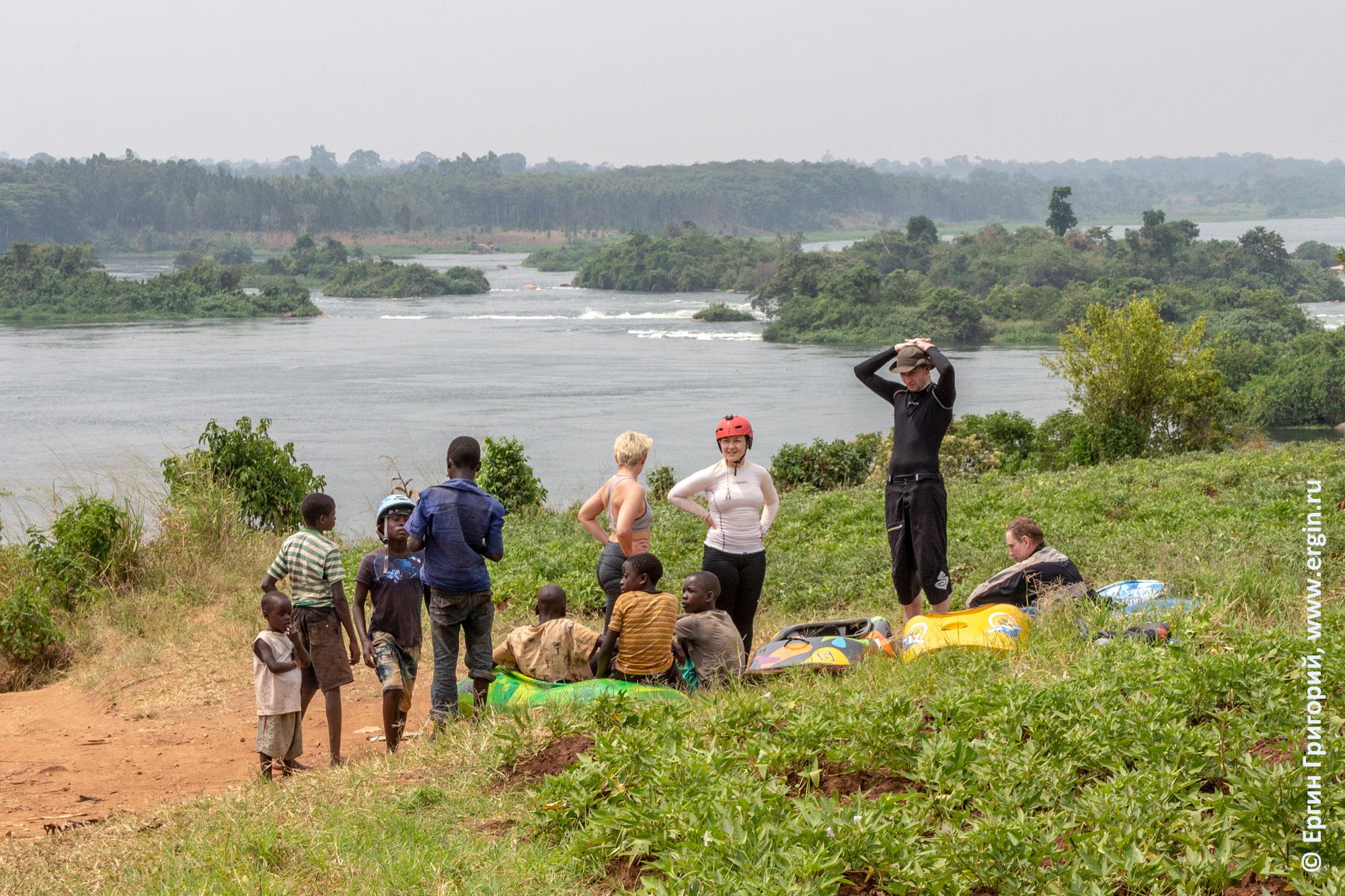 Каякеры в Уганде ждут опаздывающих бод негров мотоциклистов Boda boda is coming