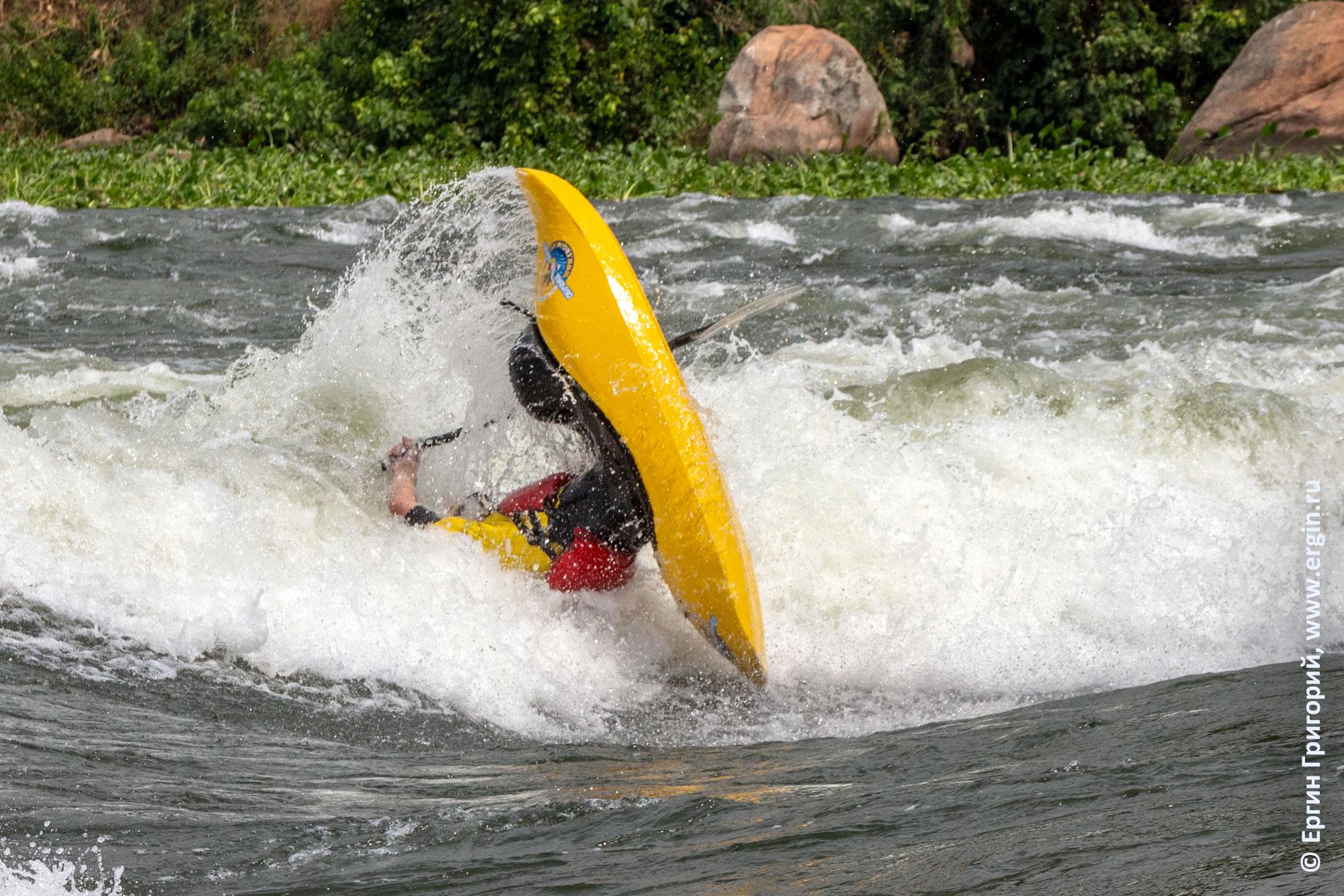 Фристайл-каякинг родео на бурной воде на каяке