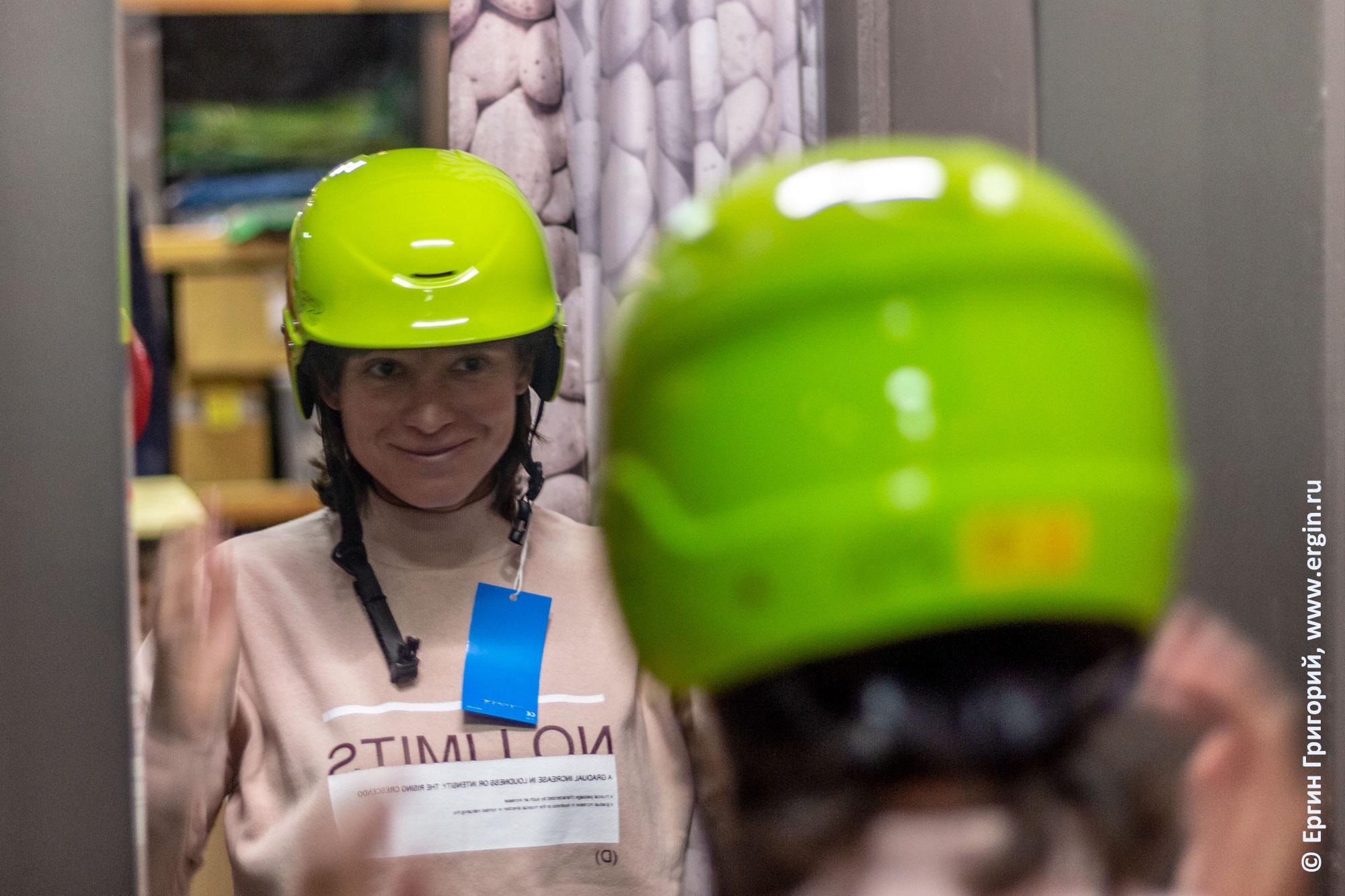 Девушка примеряет шлем для каякинга снаряжение