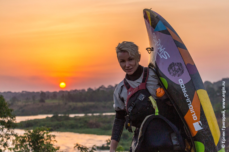 Фристайл-каякер девушка на закате в Уганде над волнами Белого Нила