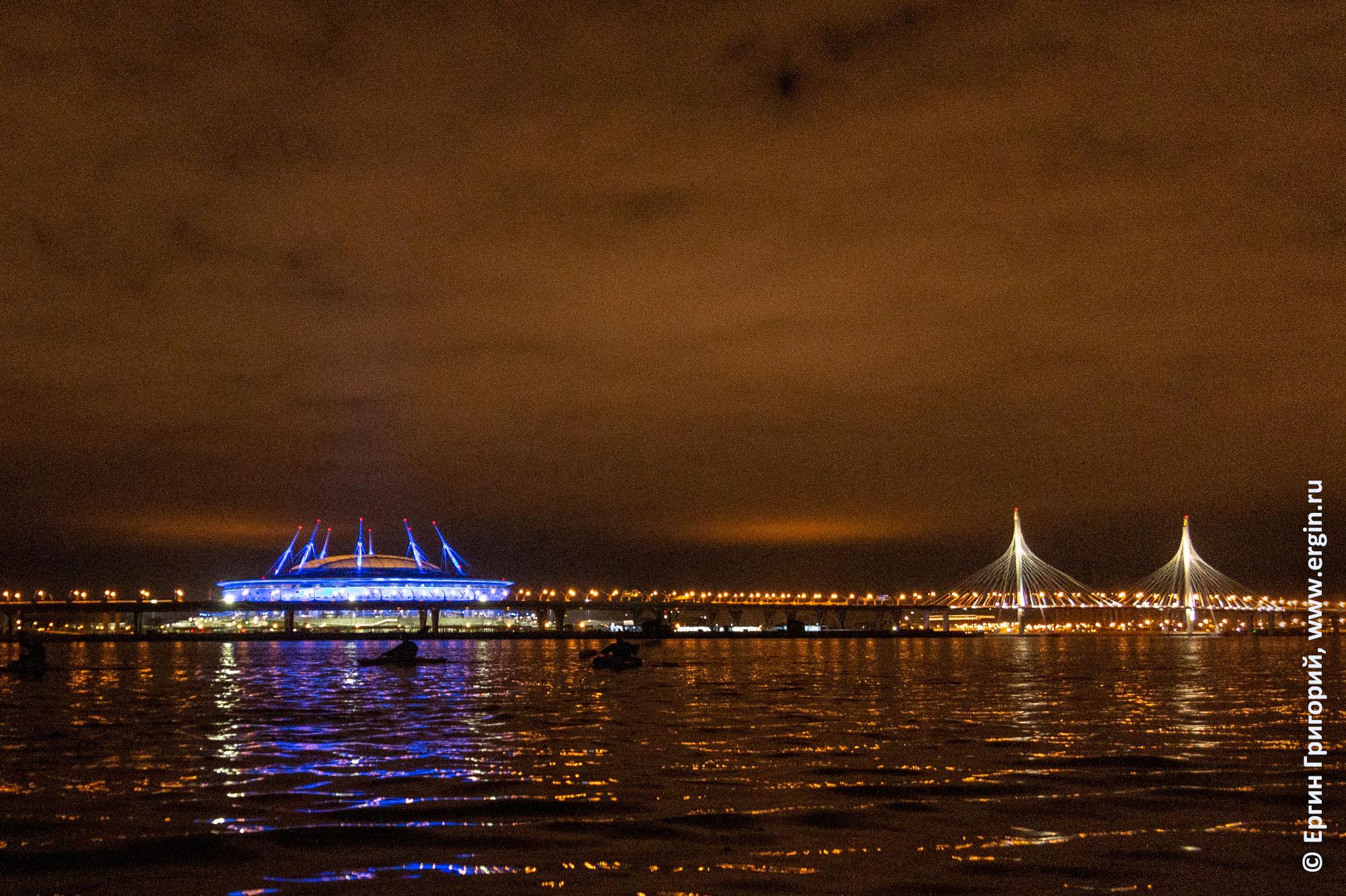 Зарево на Неве над Санкт-Петербургом отражение огней
