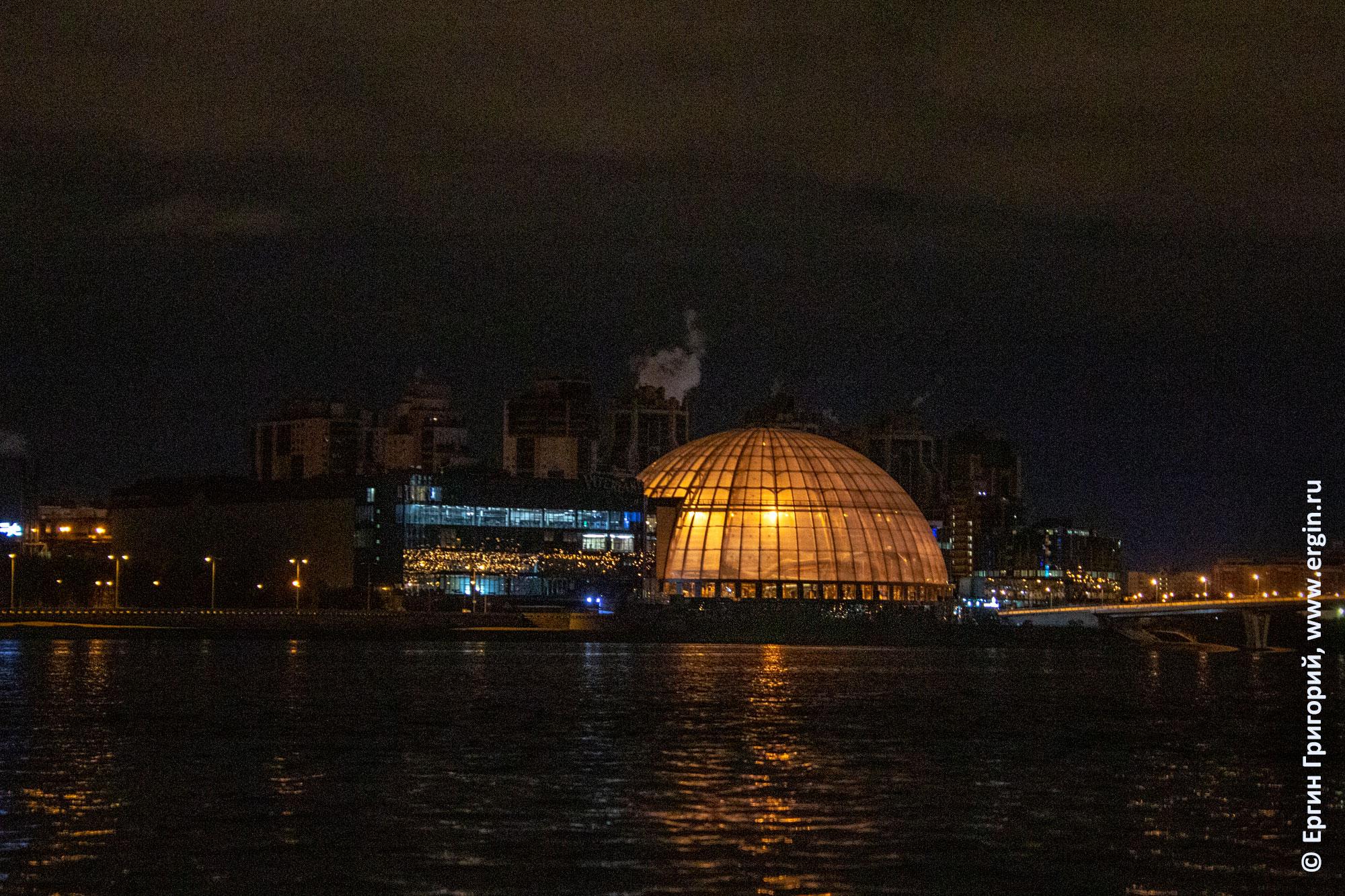 Купол аквапарка Питерлэнд ночью СПб