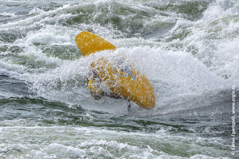 Фристайл на каяке каякинг в Уганде в воздухе над водой