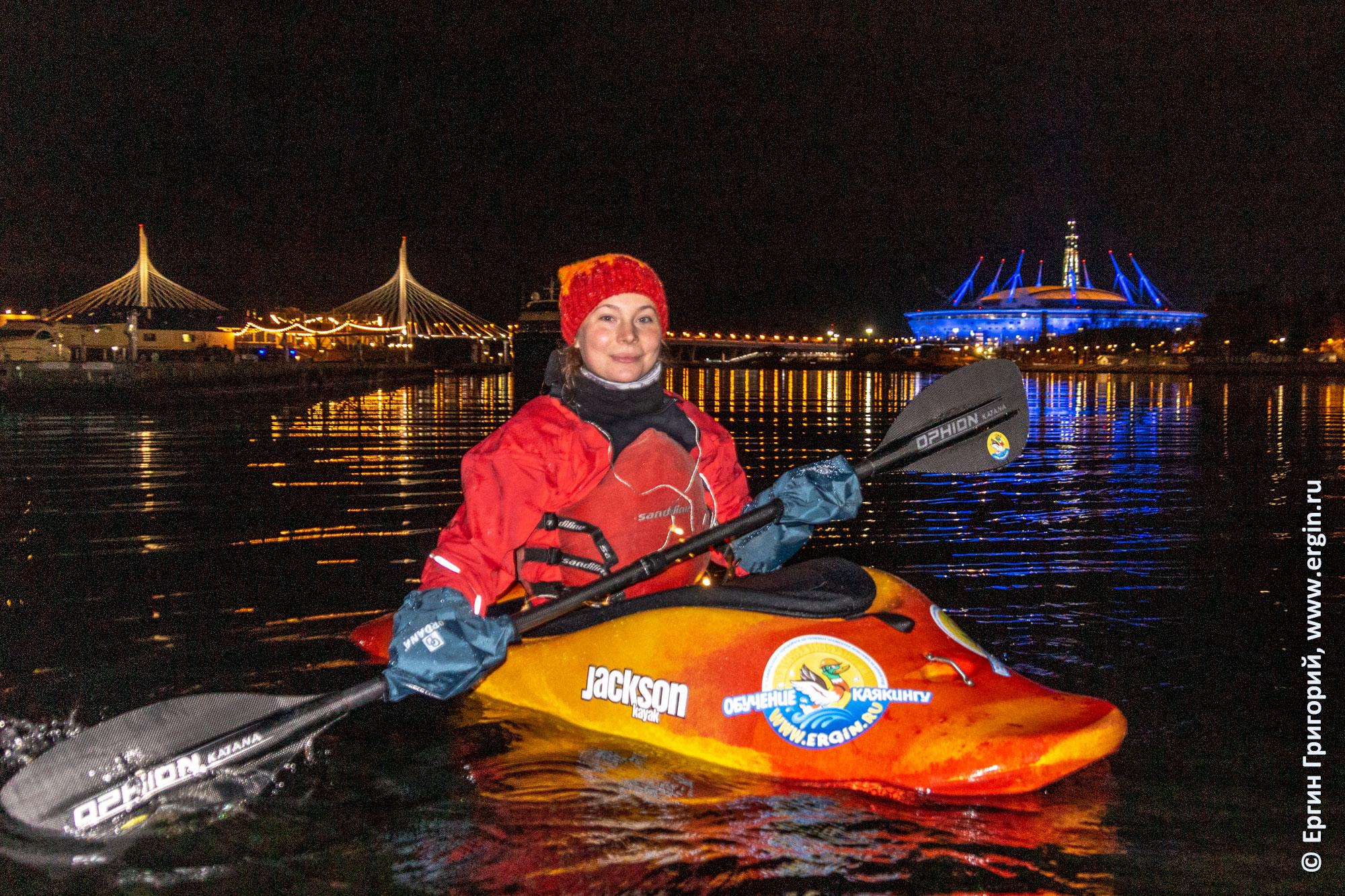 Каякер между вантовым мостом на ЗСД и стадионом Санкт-Петербург ночью с подсветкой