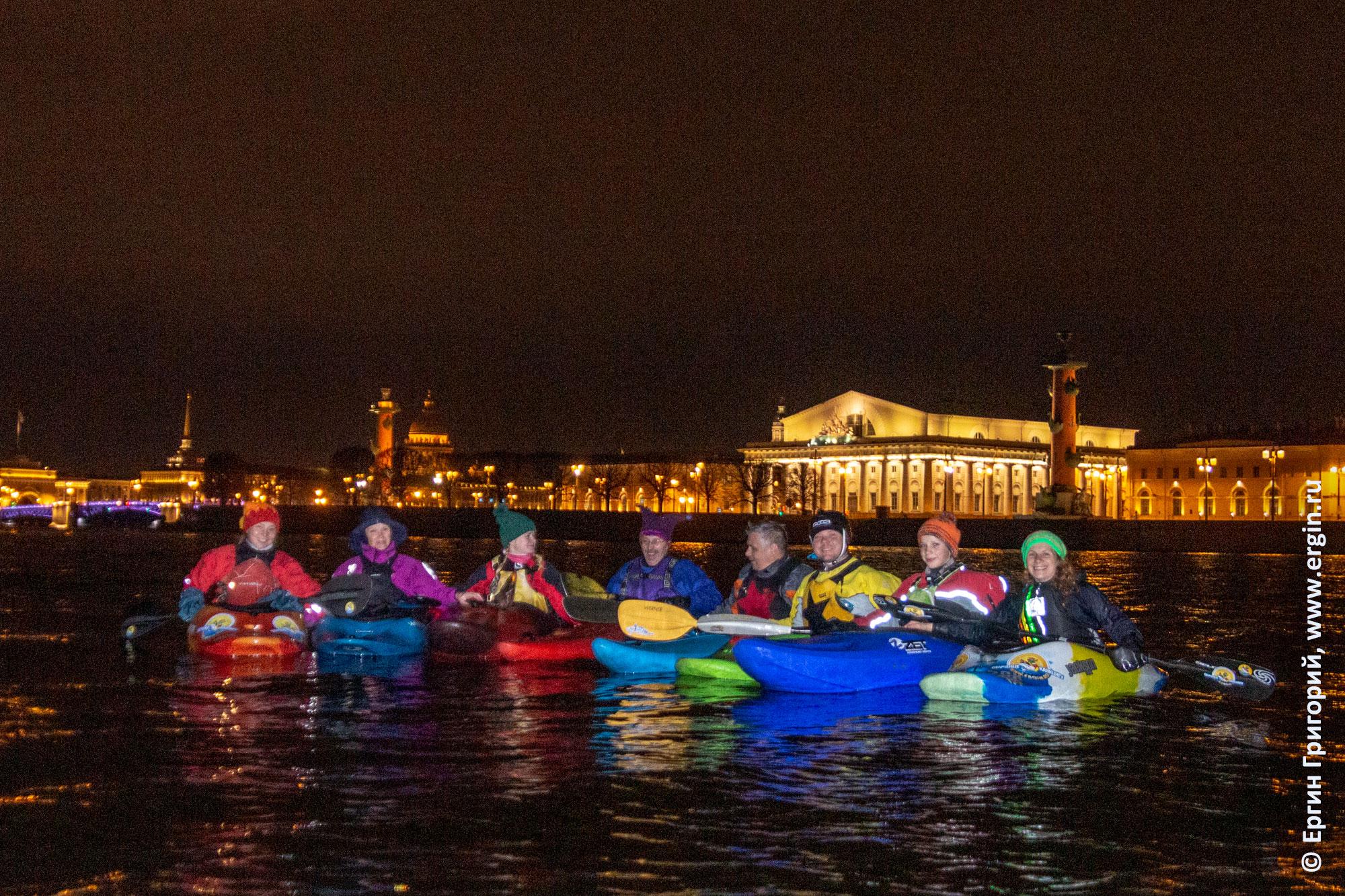 Каякеры между Ростральных колонн на Стрелке Васильевского острова в Санкт-Петербурге