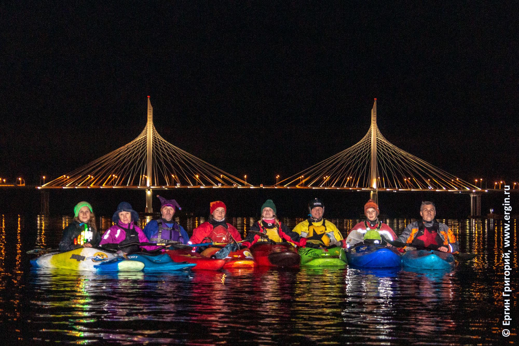 Каякеры под вантовым мостом ЗСД в Санкт-Петербурге ночью