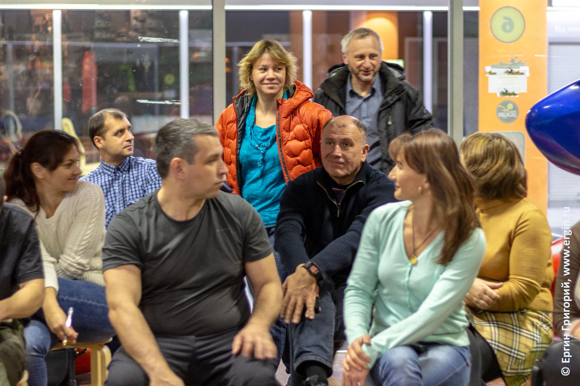 Слушатели зрители опаздывают на семинар по бурной воде для начинающих каякеров