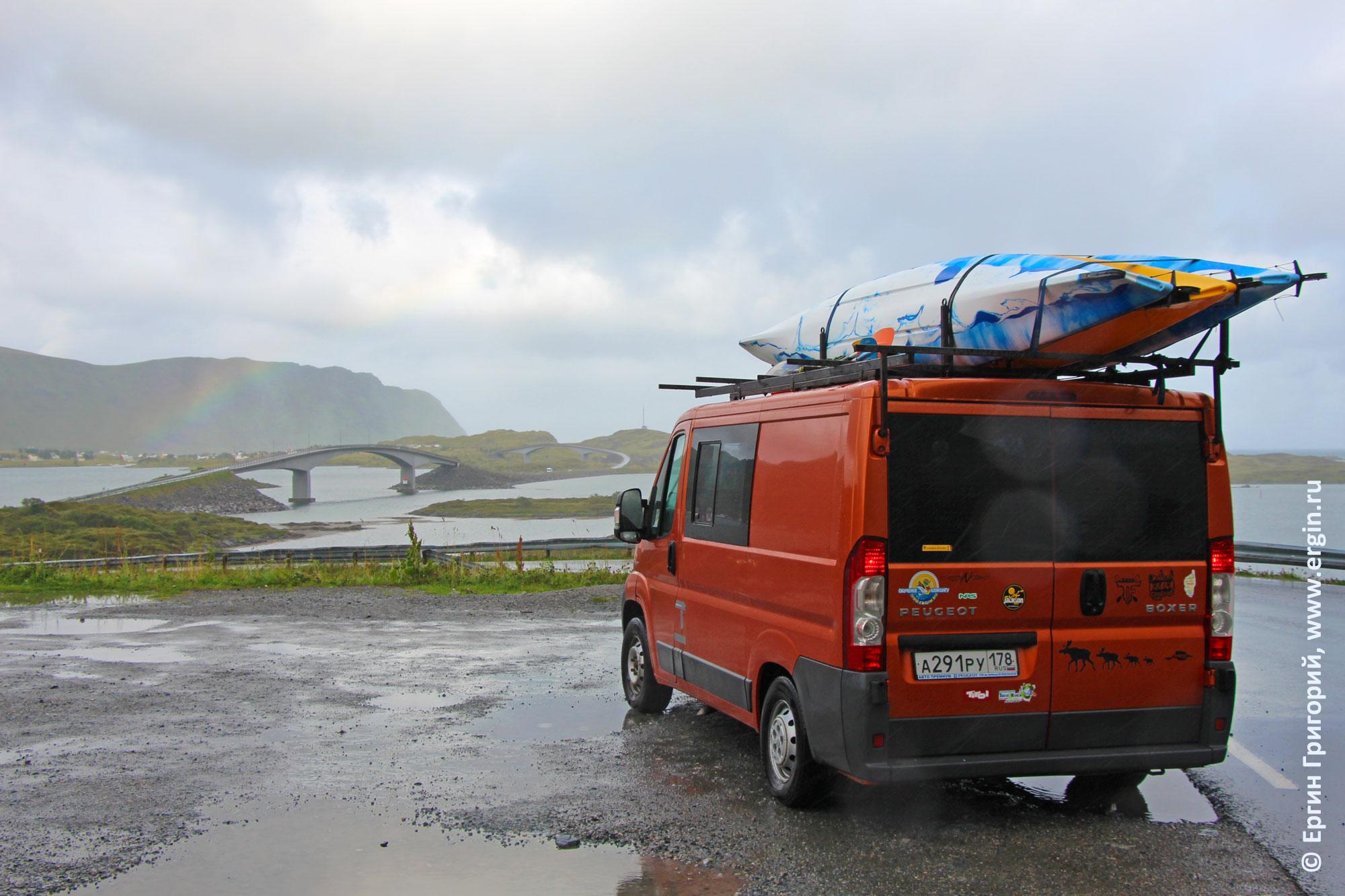 Микроавтобус с морскими каяками на крыше