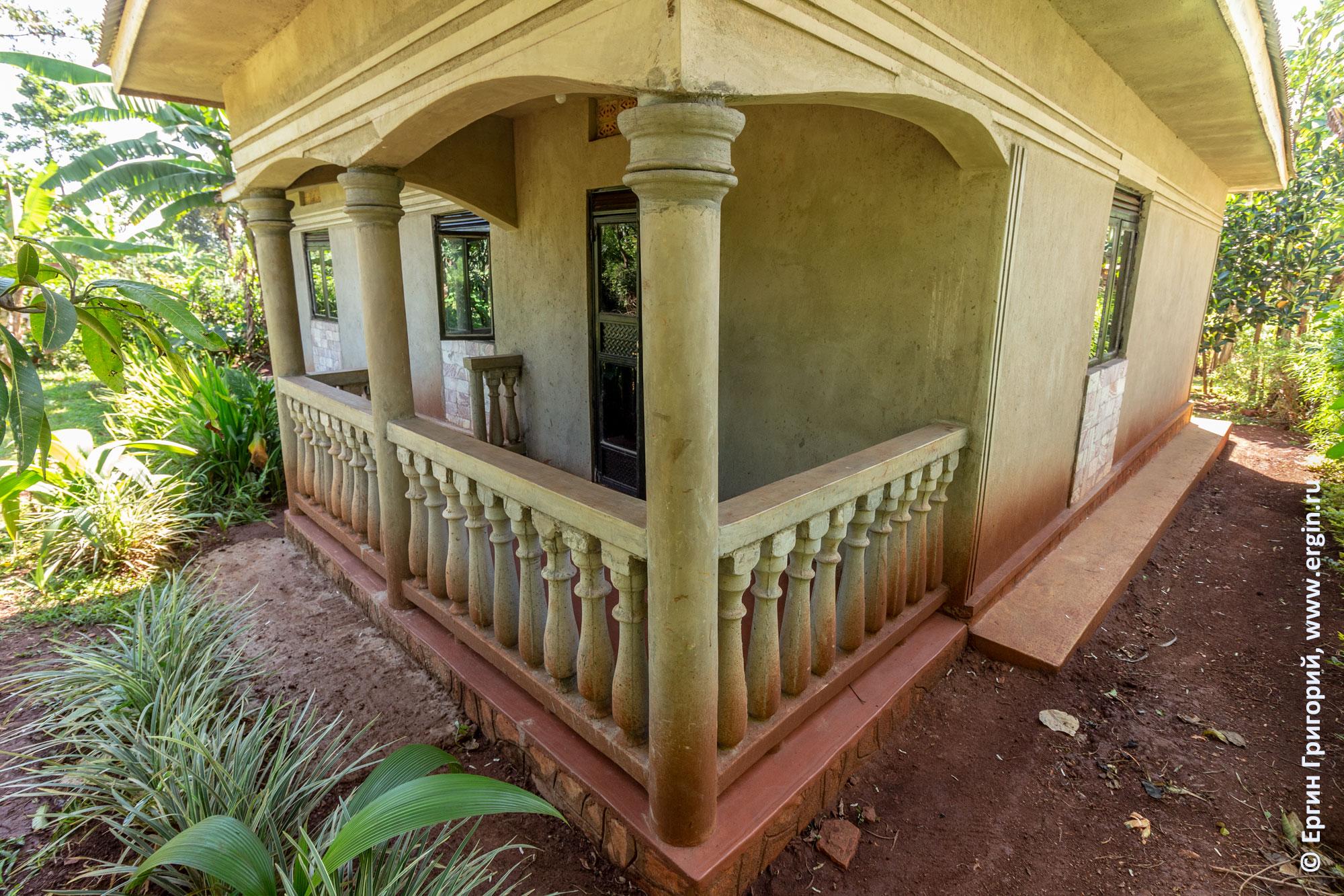 Заднее крыльцо дома Аниты в Уганде