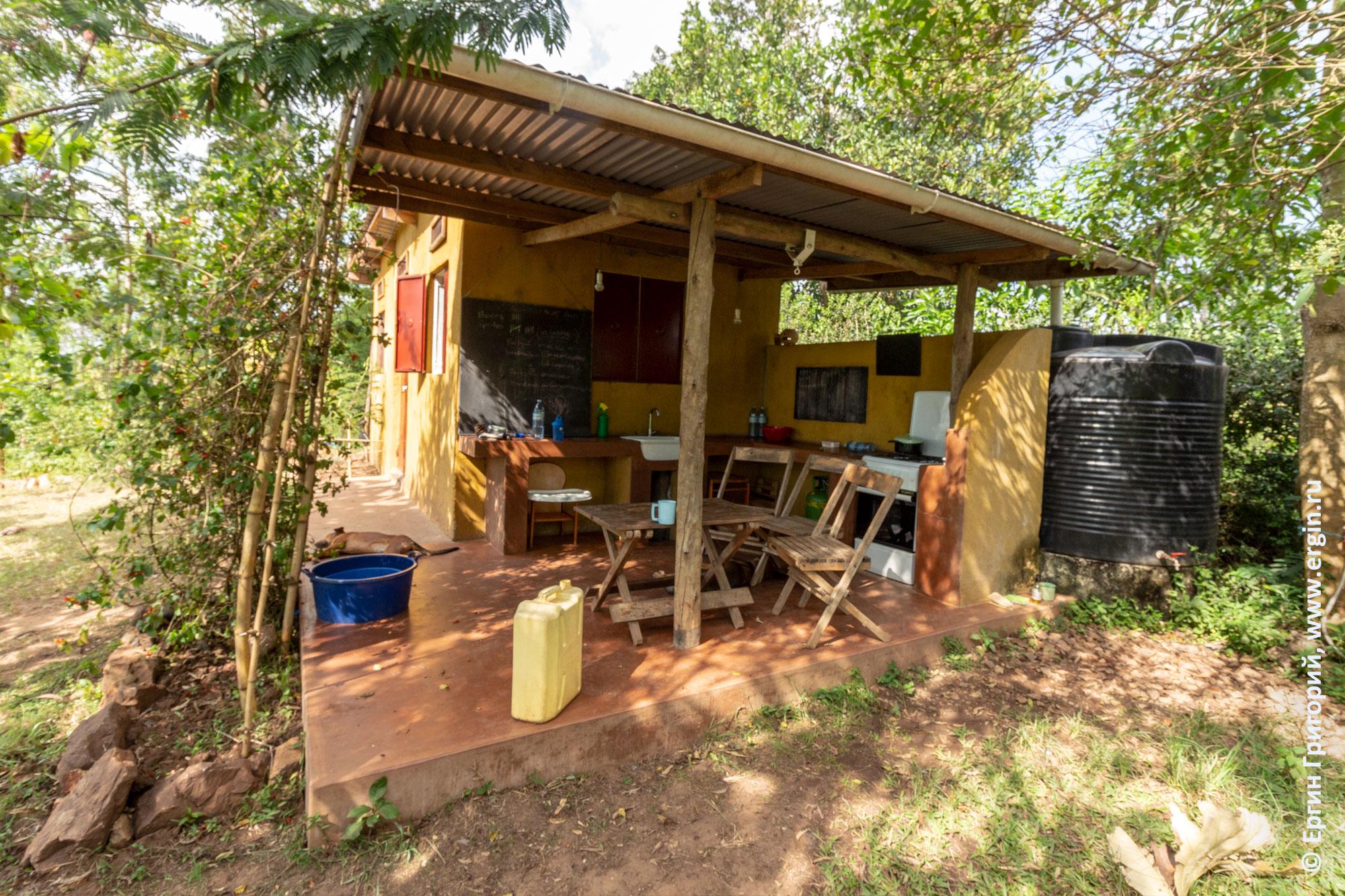 Кухня на ферме Дженни Фармер в Уганде