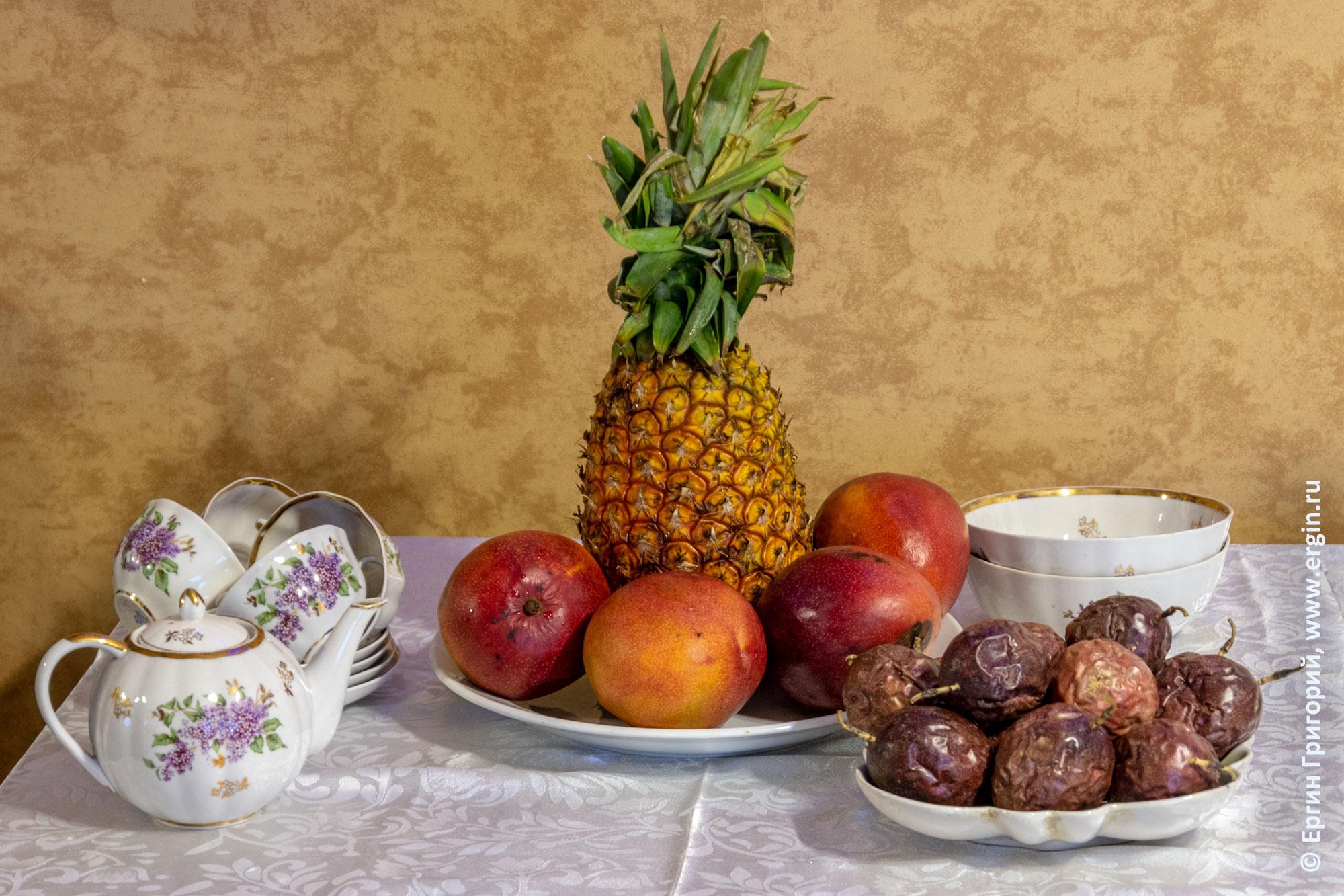 Угандийский натюрморт в России ананас манго маракуйя