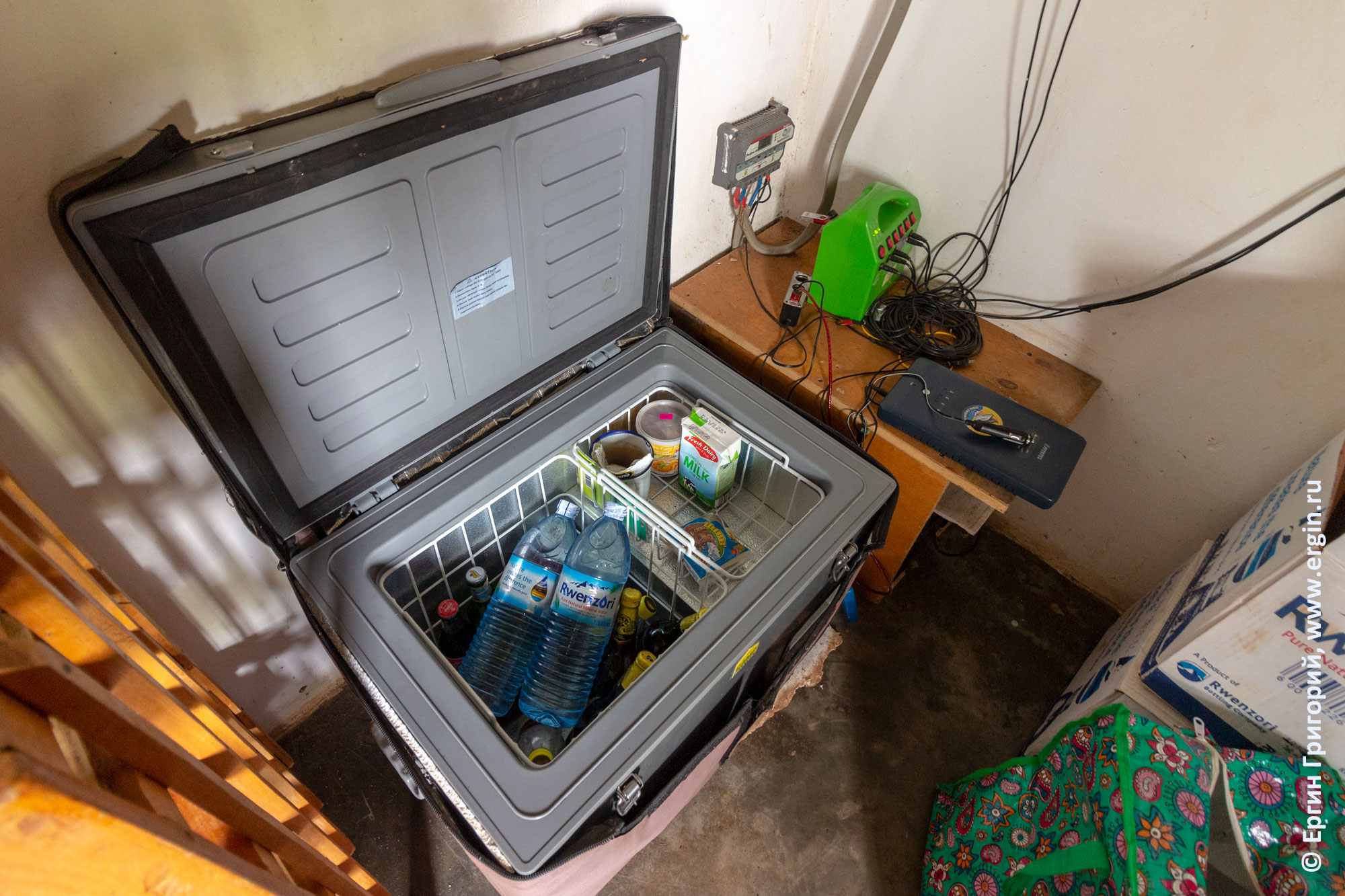 Холодильник и электричество в кемпинге Дженни Фармер в Уганде