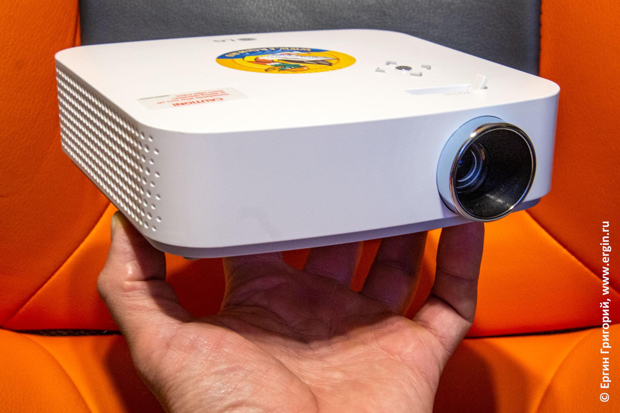 Компактный переносной проектор LG PF50KS на руке