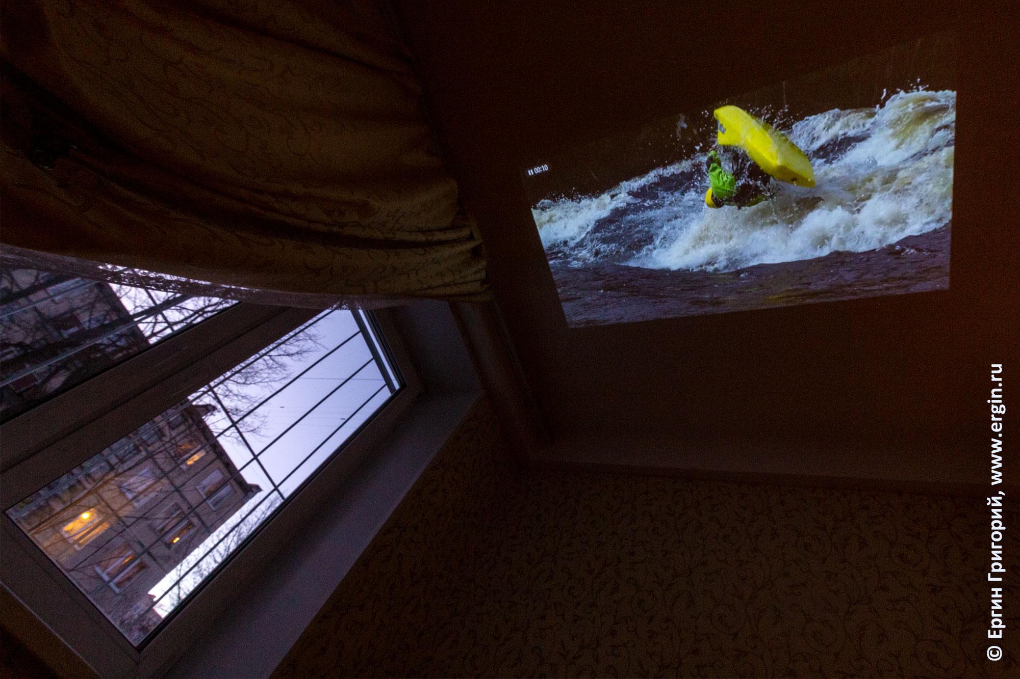 Картинка с проектора LG PF50KS на потолке рядом окно и сумерки