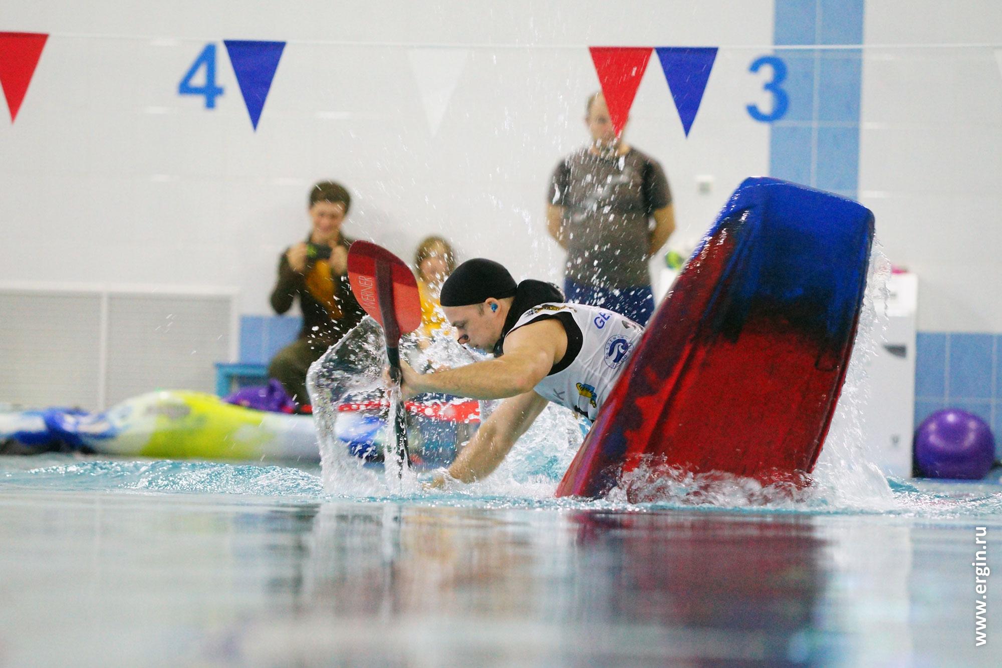 Соревнования по каякингу в бассейне