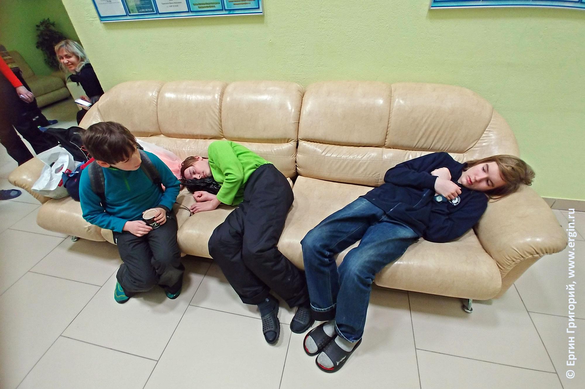 Каякеры юниоры спят на диване перед соревнованиями
