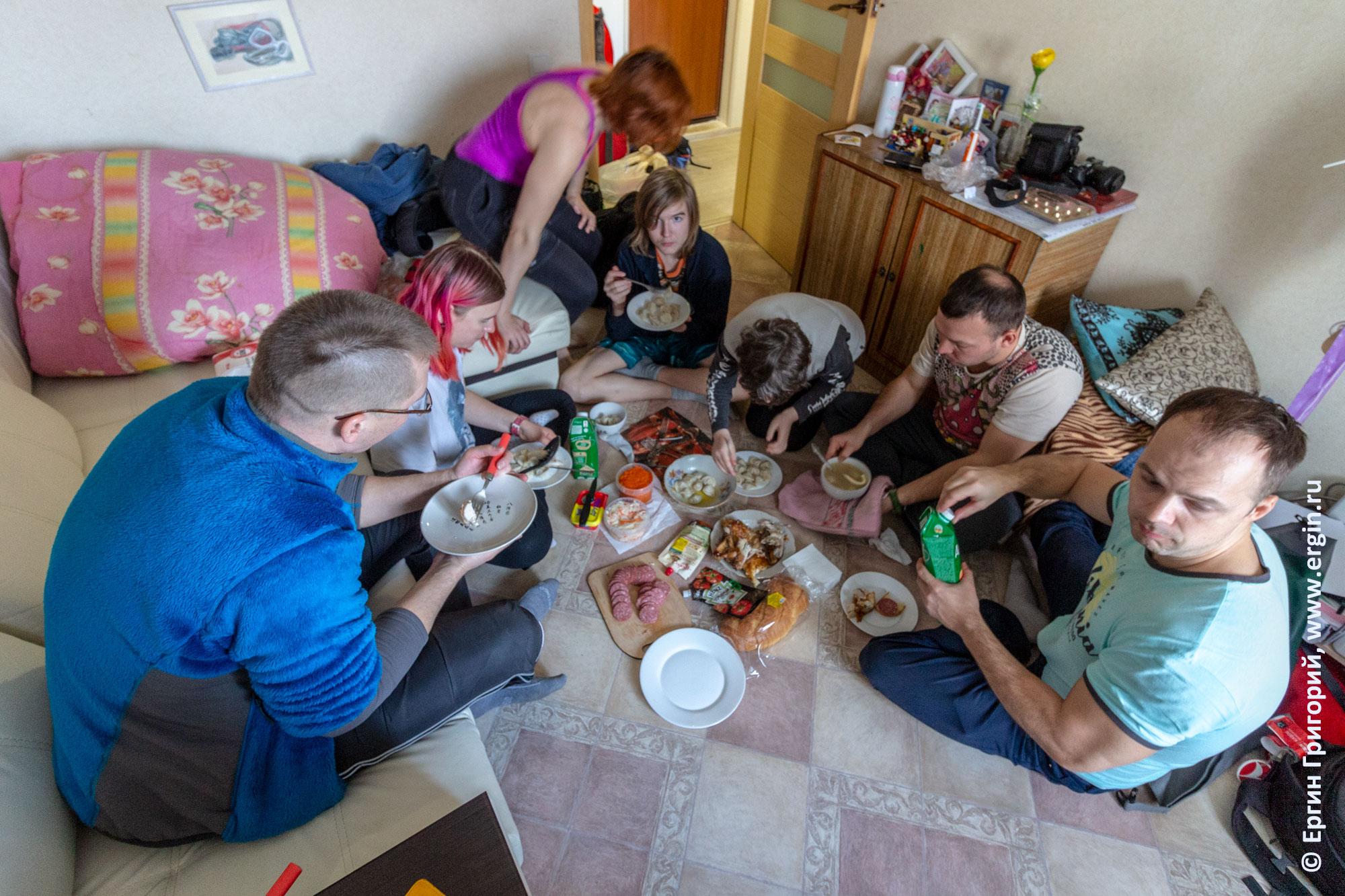 Обед каякеров на полу
