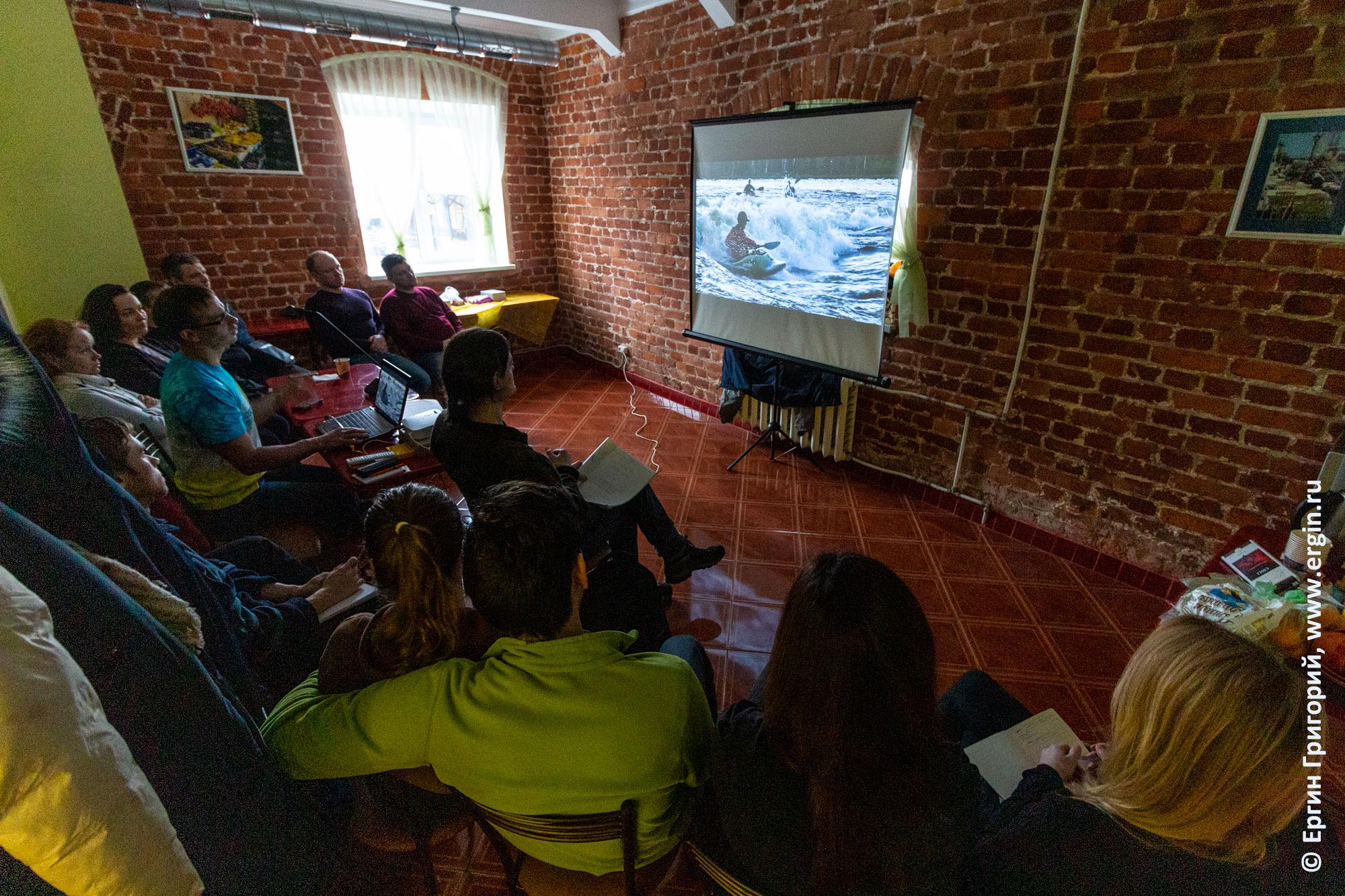 Каякеры смотрят обучающее видео по фристайлу на бурной воде