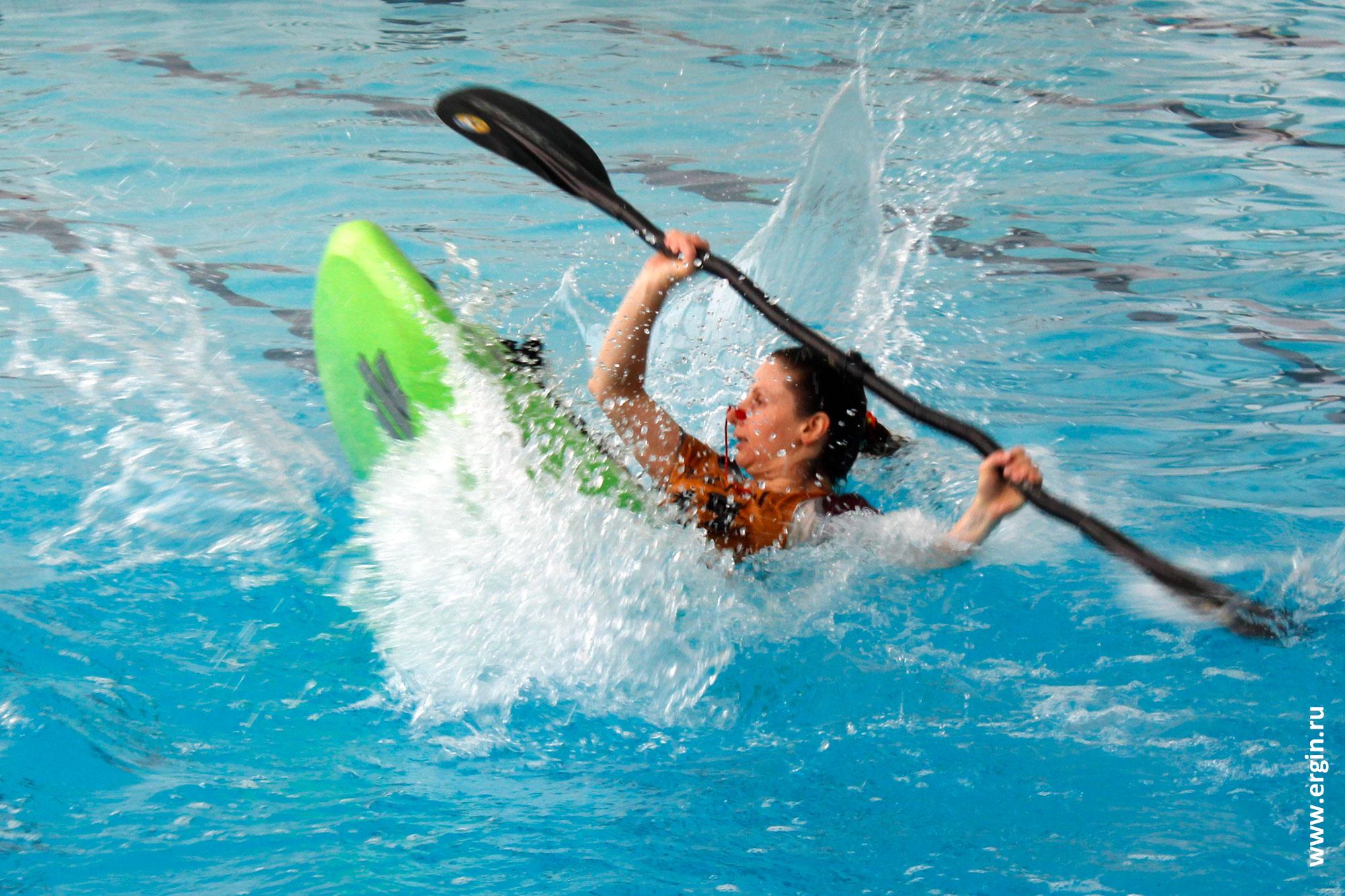 фристайл-каякинг на гладкой воде в бассейне соревнования