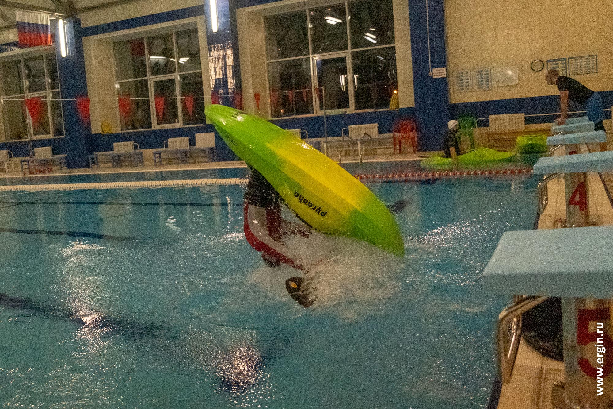 Фристайл-каякинг на гладкой воде в бассейне