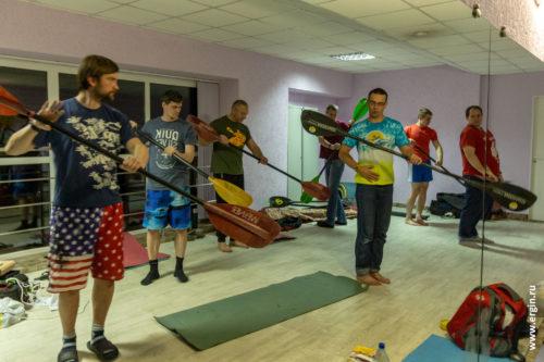 Тренировка каякеров на суше с веслами
