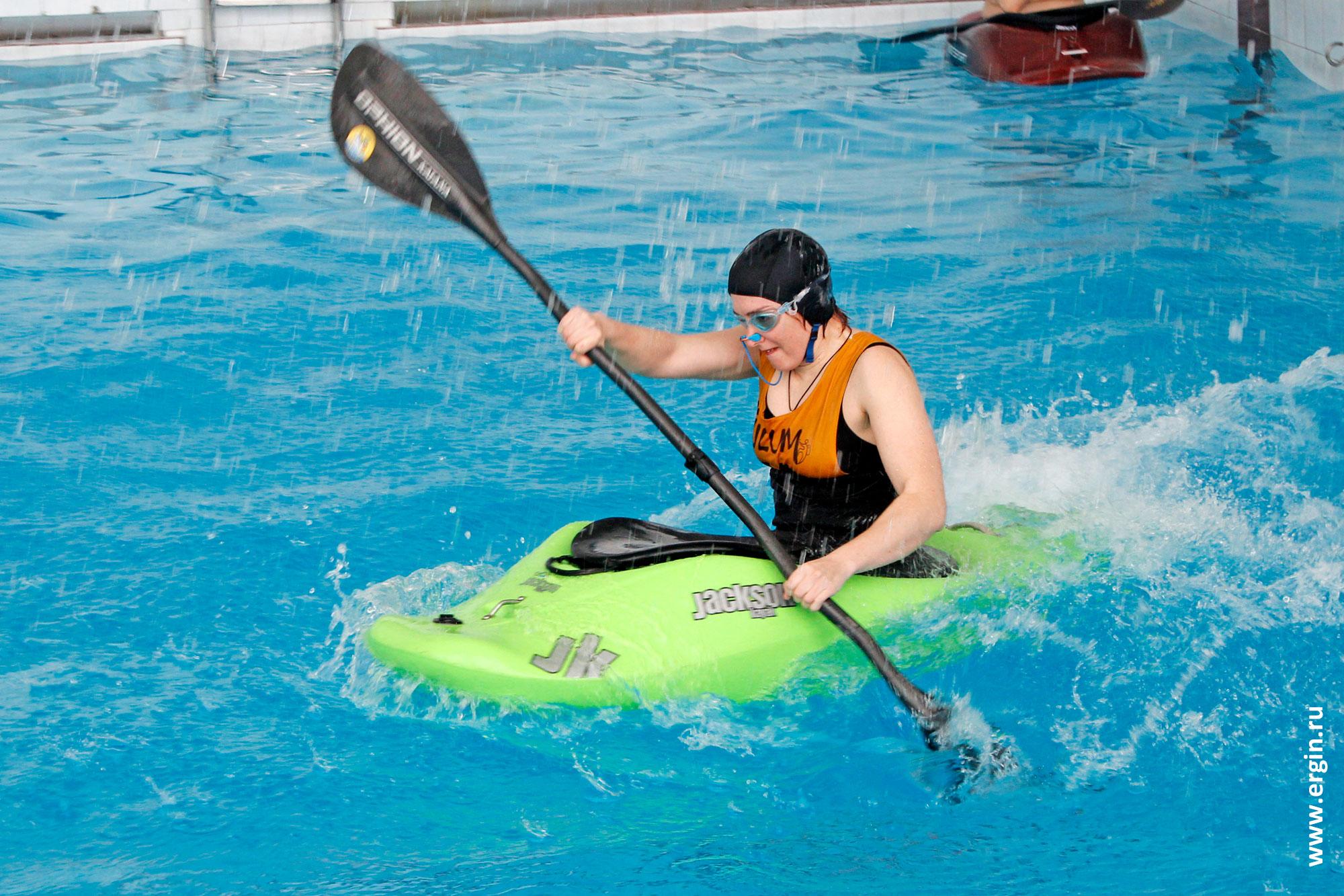 Девушка каякер участник соревнований по каякингу в бассейне из Саратова