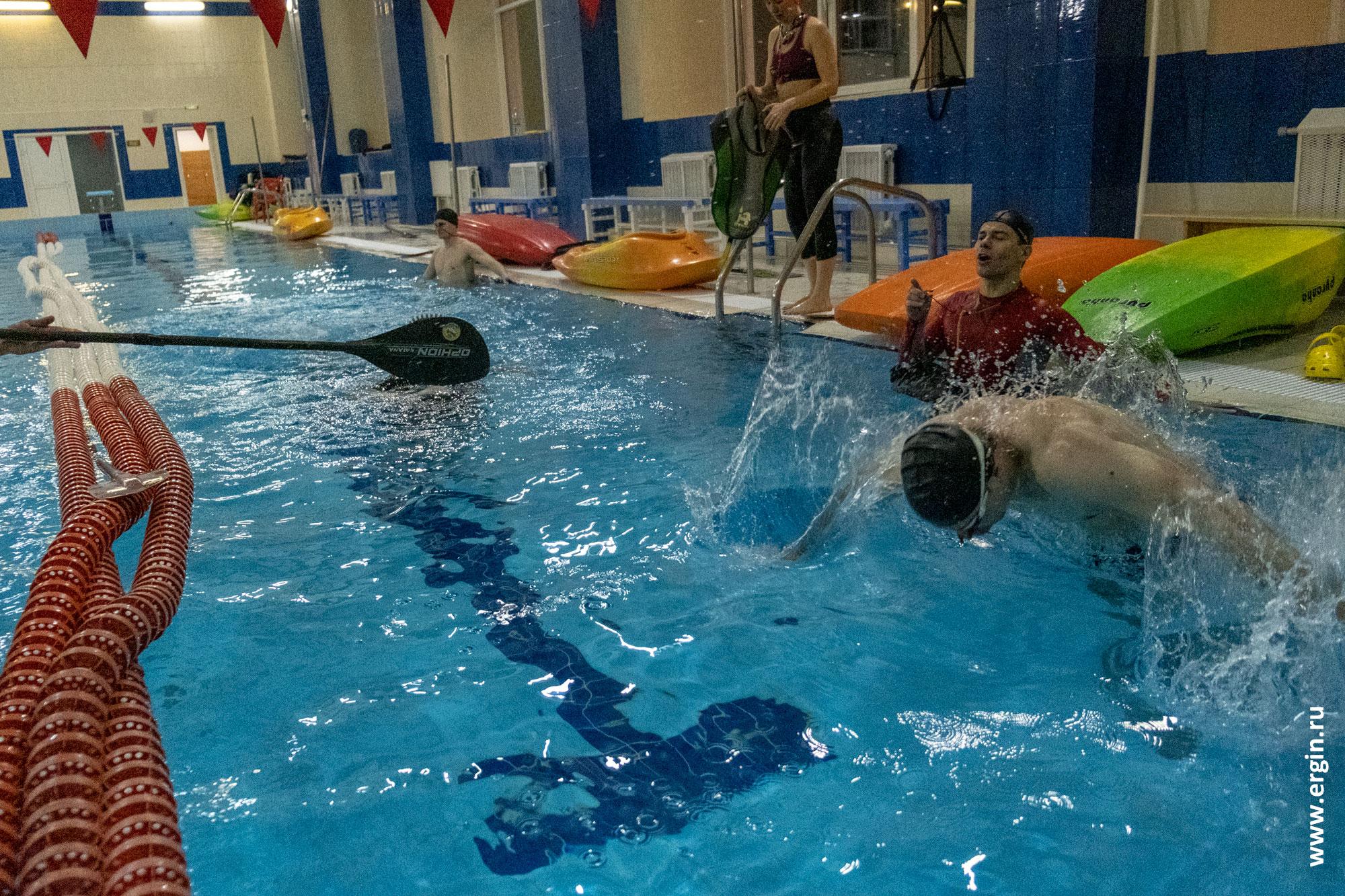 Отработка сальто в воде акробатика
