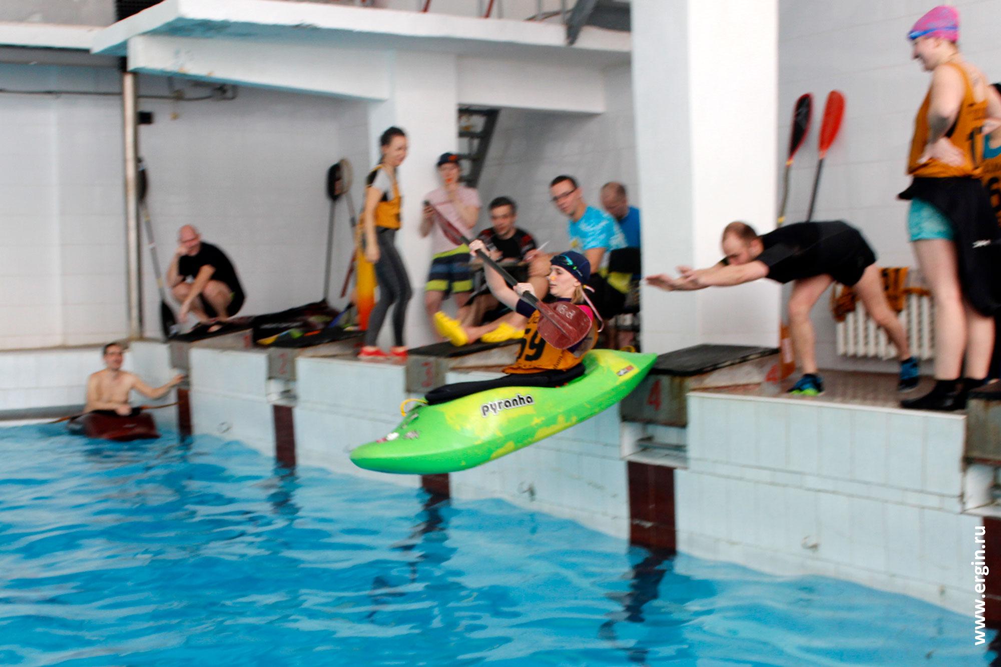 Старт заезда на соревнованиях по фристайл-каякингу в бассейне