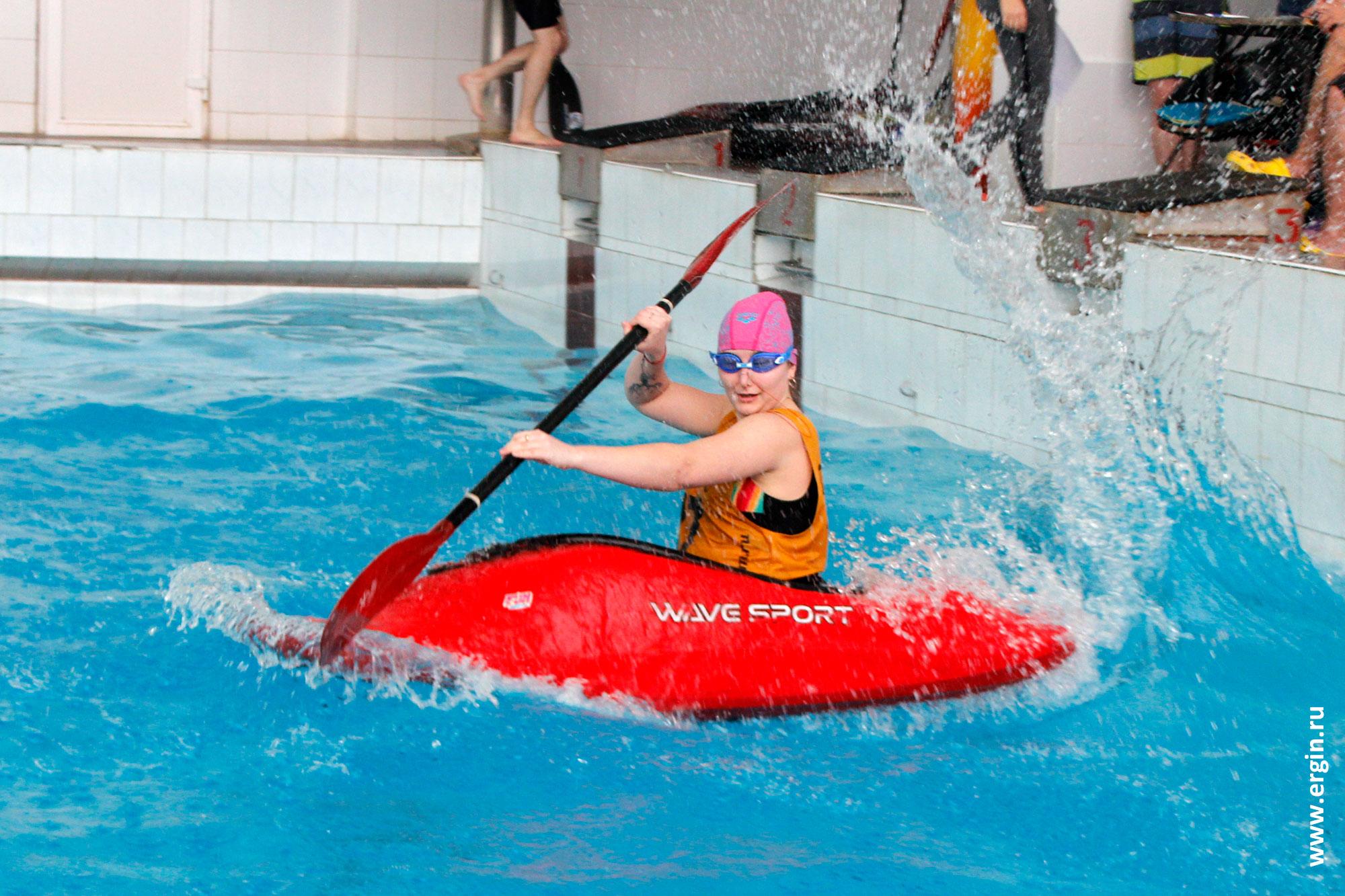 На каяке в бассейне фристайл-каякинг