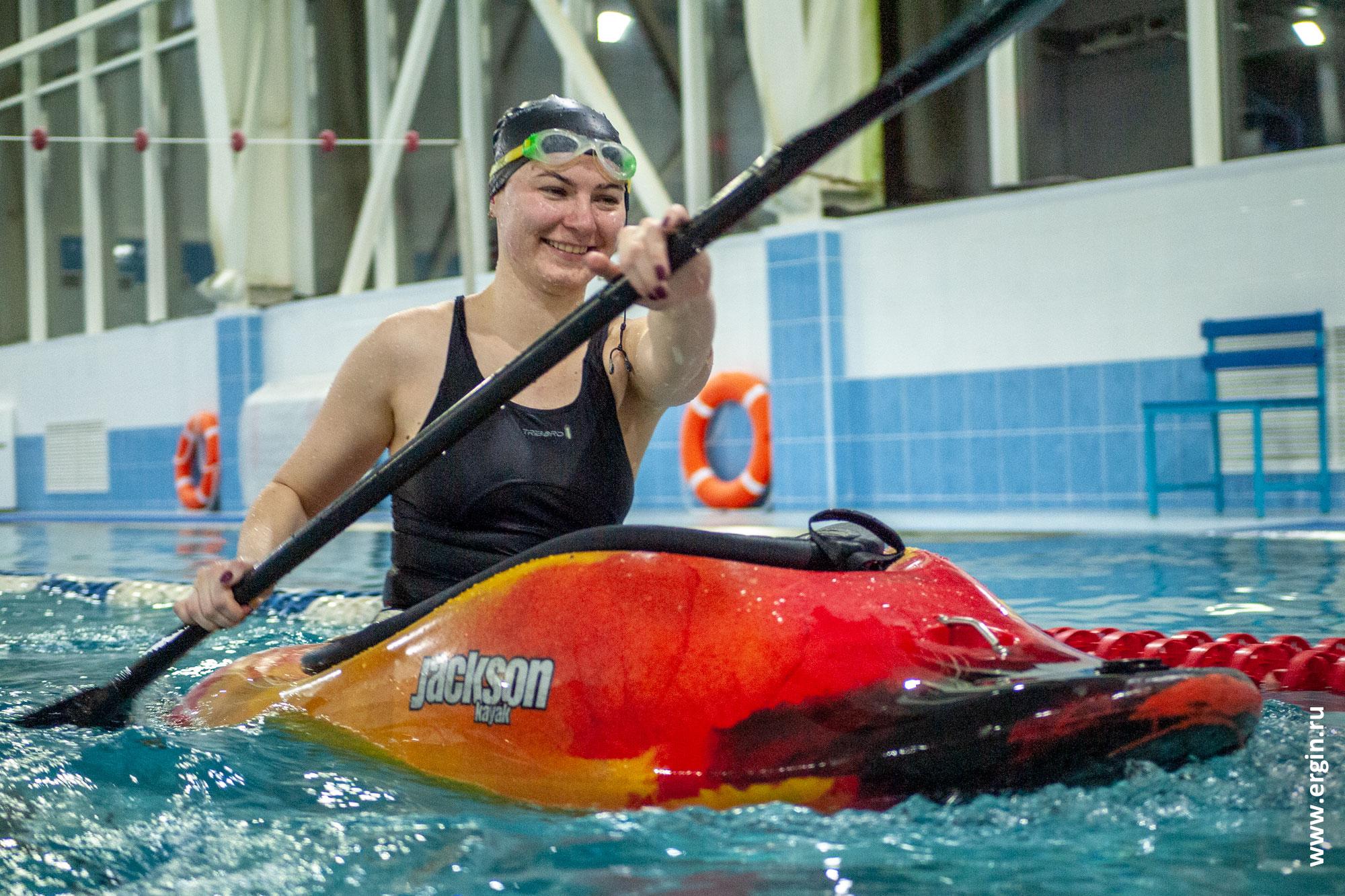 Позитивная девушка-каякер на каяке в бассейне