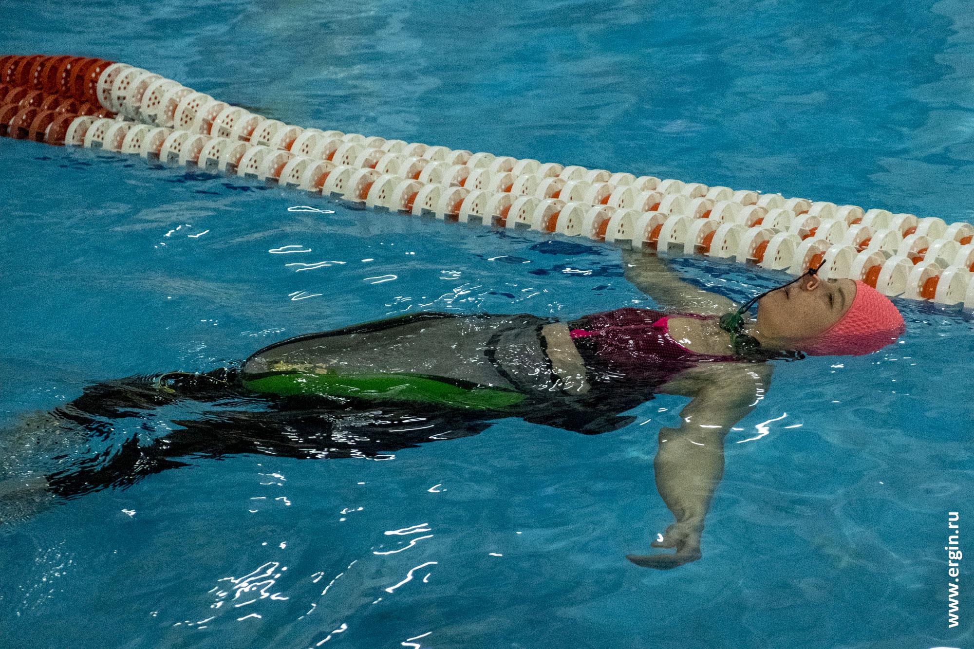 Каякер отдыхает в бассейне после тренировки
