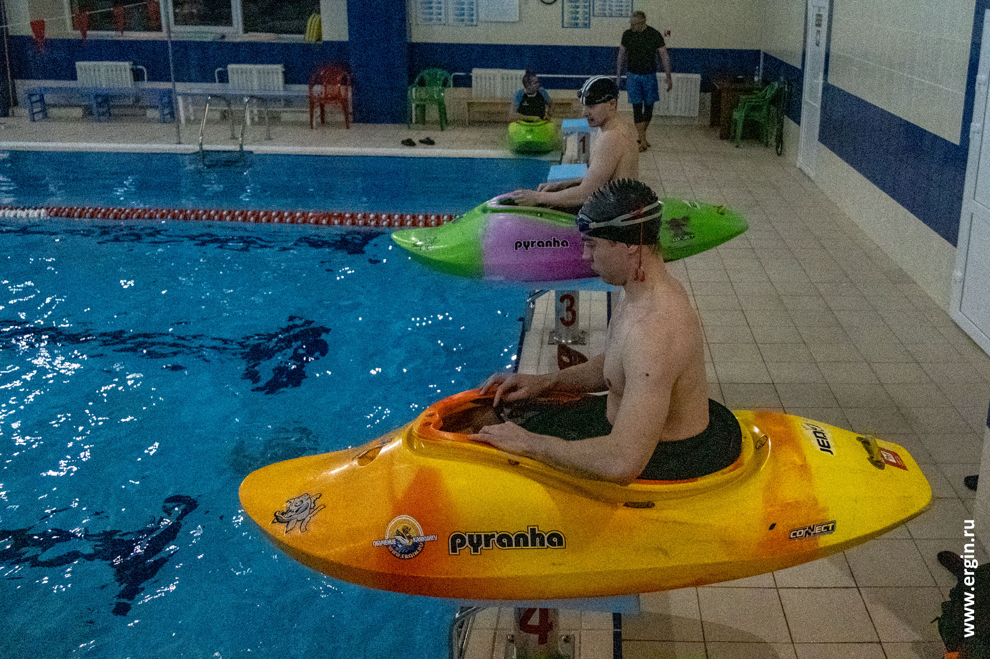 Каякеры прыгают с тумбочек в бассейне
