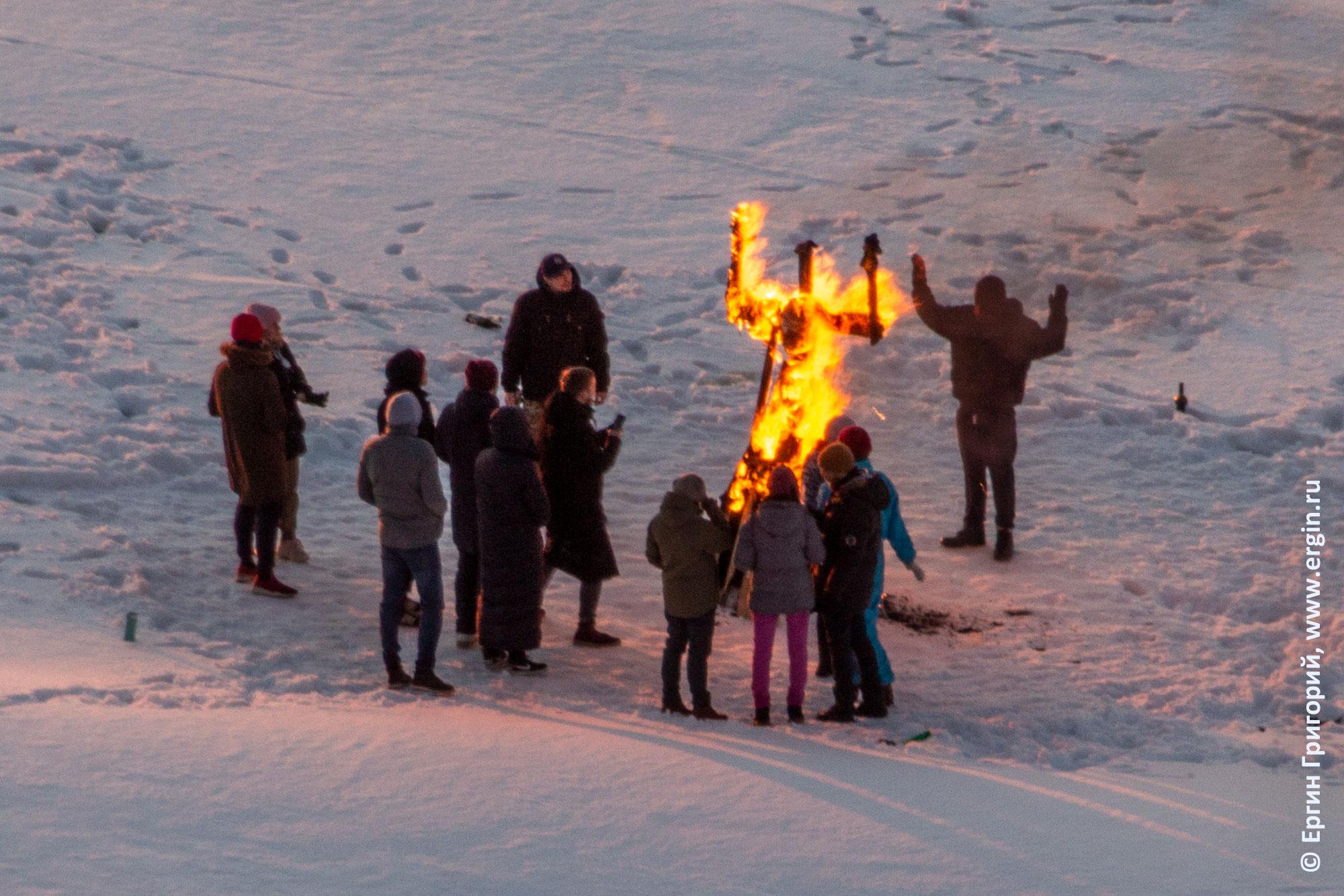 Сектанты в Перми на льду реки Камы сжигают фигуру человека