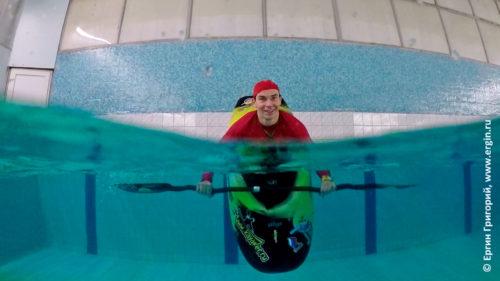 Носовая свечка на каяке фристайл-каякинг в бассейне