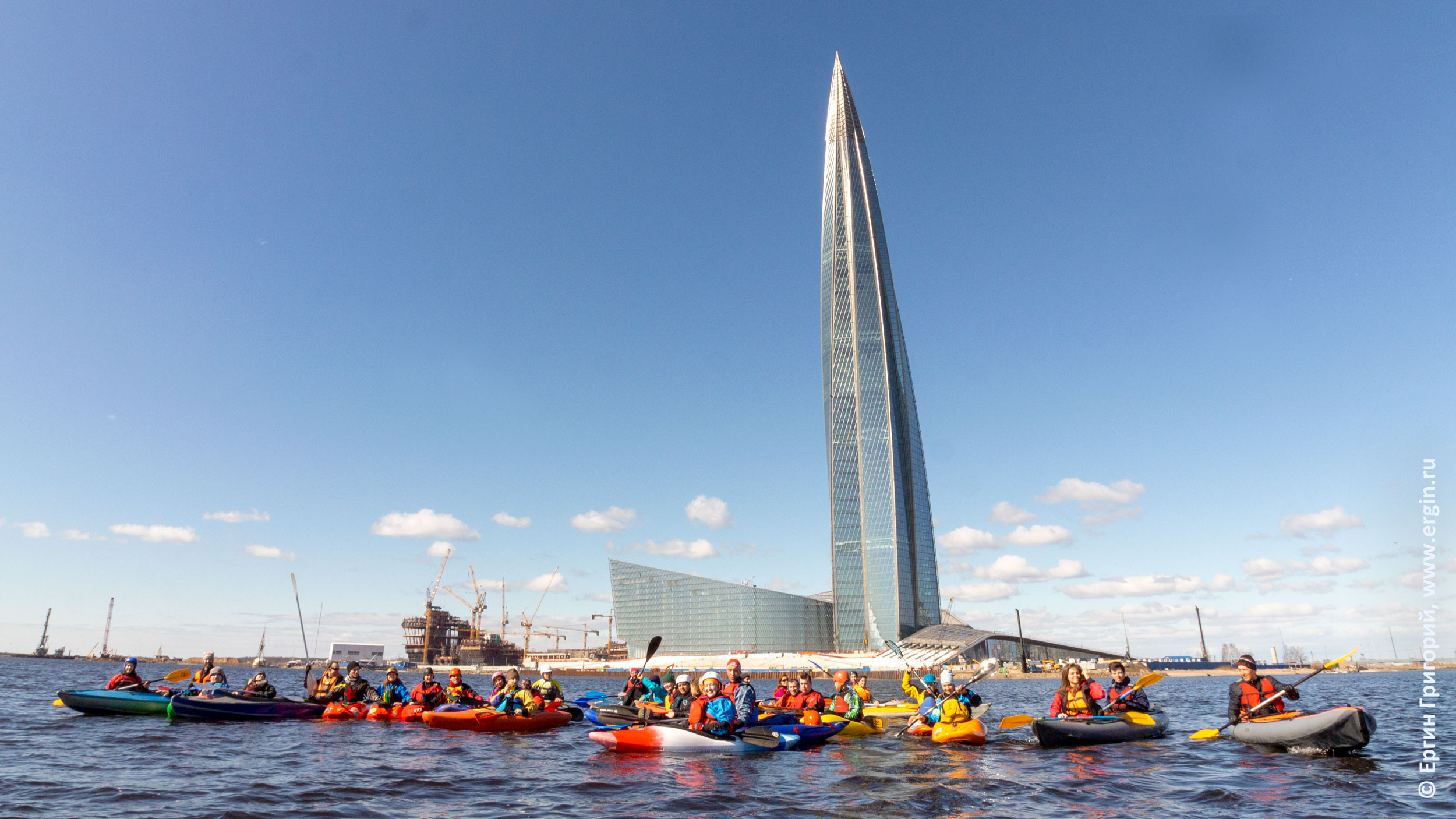 Каякеры и байдарочники у башни Газпрома Лахта-центр