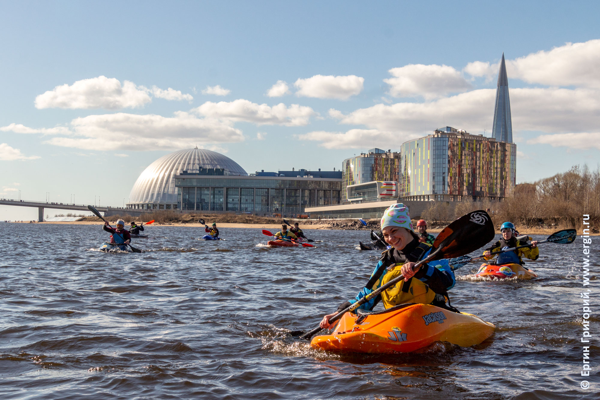 Каякеры возле аквапарка Питерлэнд в Санкт-Петербурге
