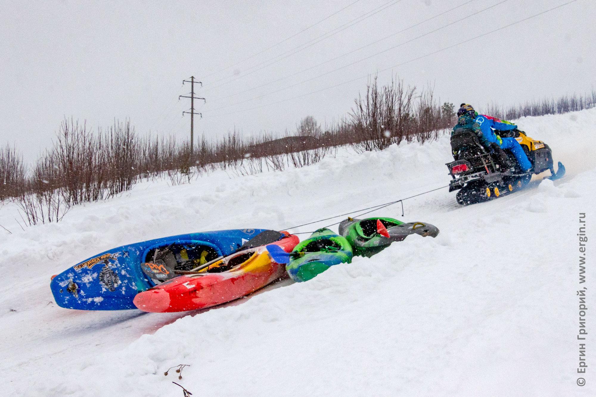 Подъем каяков на гору на снегоходе