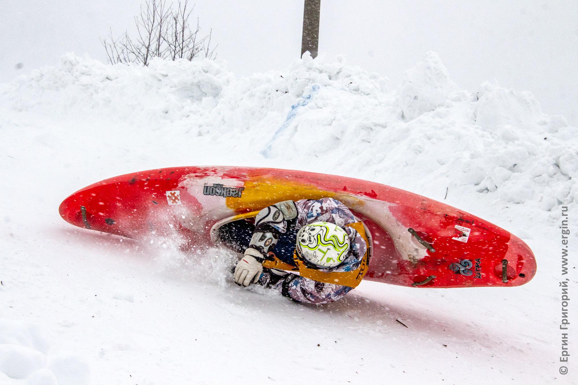 Падение каякера зимой на сноукаякинге