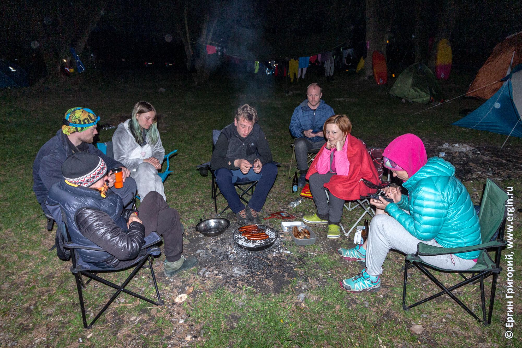 Вечер у мангала с сосисками на сборах по каякингу фристайлу на бурной воде