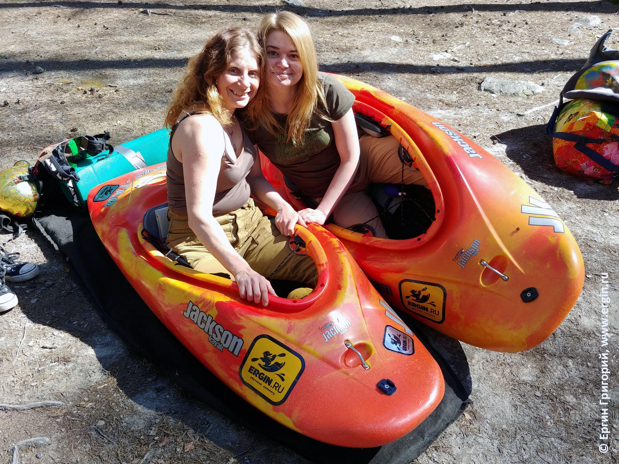 Девушки на каяках JacksonKayak Rockstar для фристайл-каякинга на бурной воде